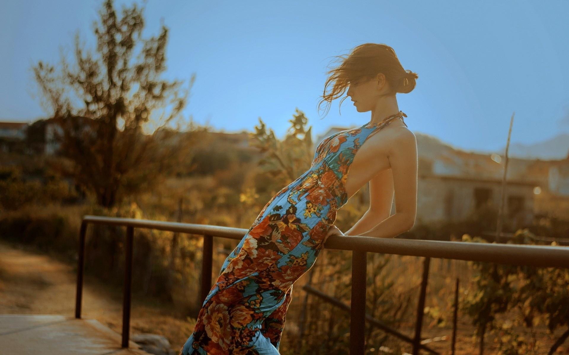 デスクトップ壁紙 19x10 Px 大人 建築 アリエル ベイビー 建物 ドレス 女性 フェンス 女の子 草 家 風景 モデル 気分 ポルノ ポーズ レール 赤毛 官能的な セクシー 空 柔らかい スタイル 木 19x10 Wallup
