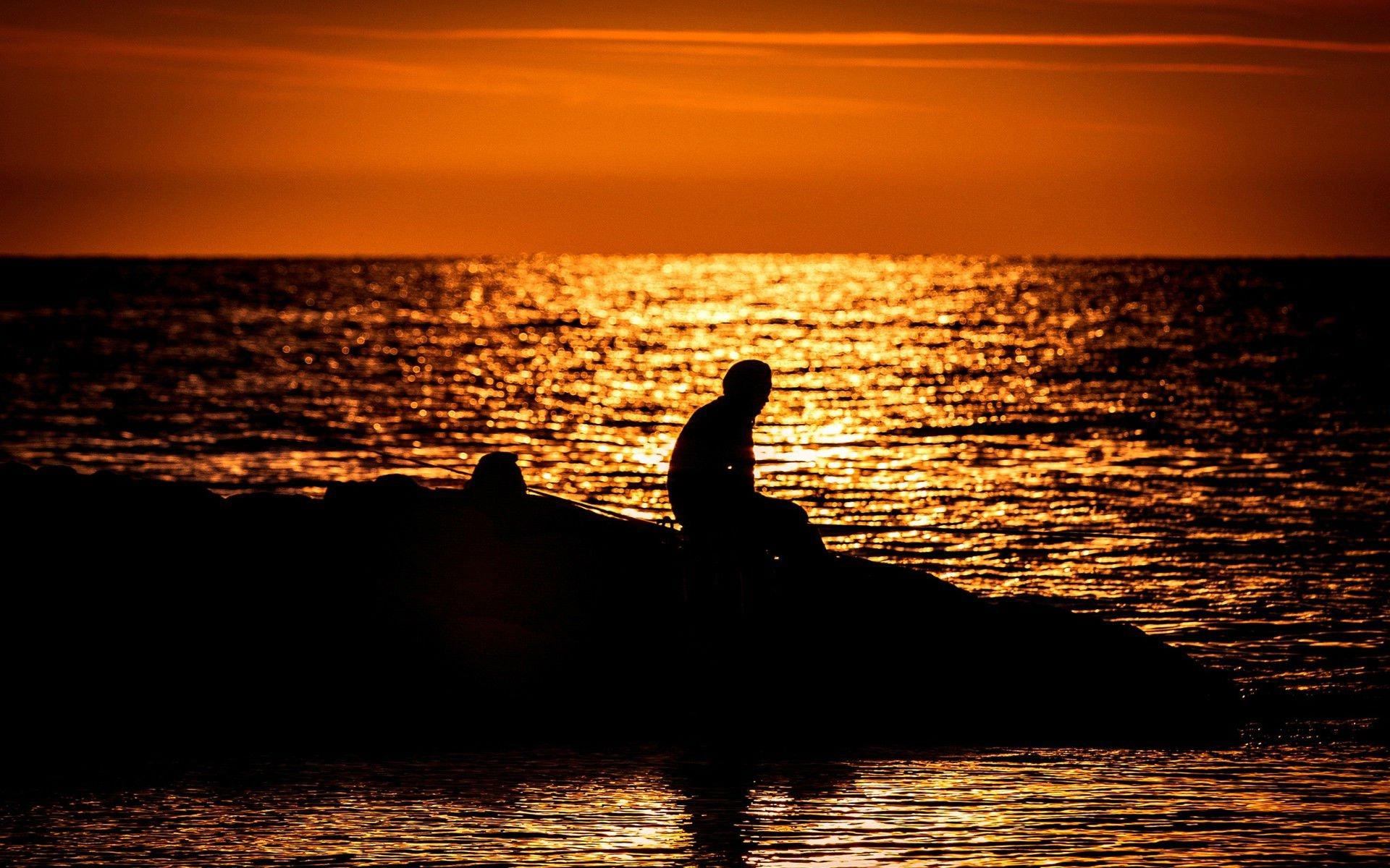 при картинка одинокий мужчина на берегу моря беседки бревна