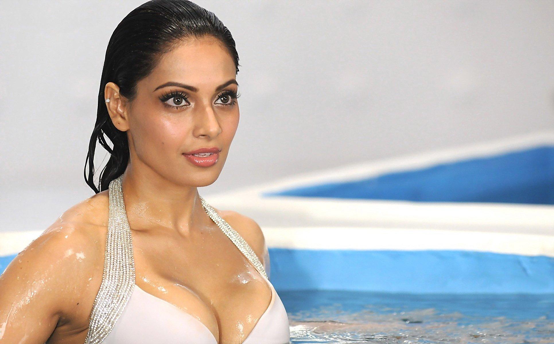 Bipasha basu most sexiest bikini photos