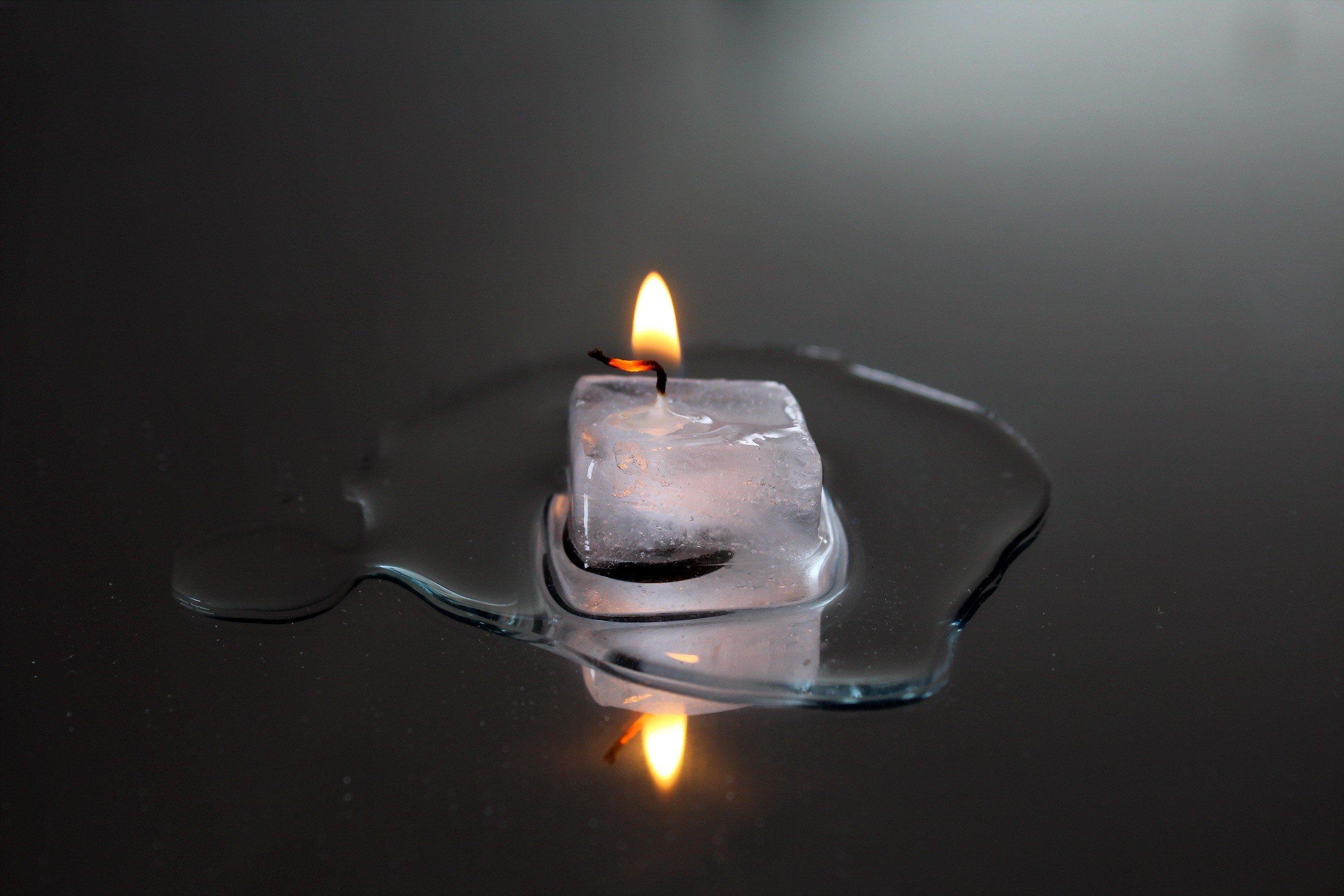 картинка свеча горит водой низкая
