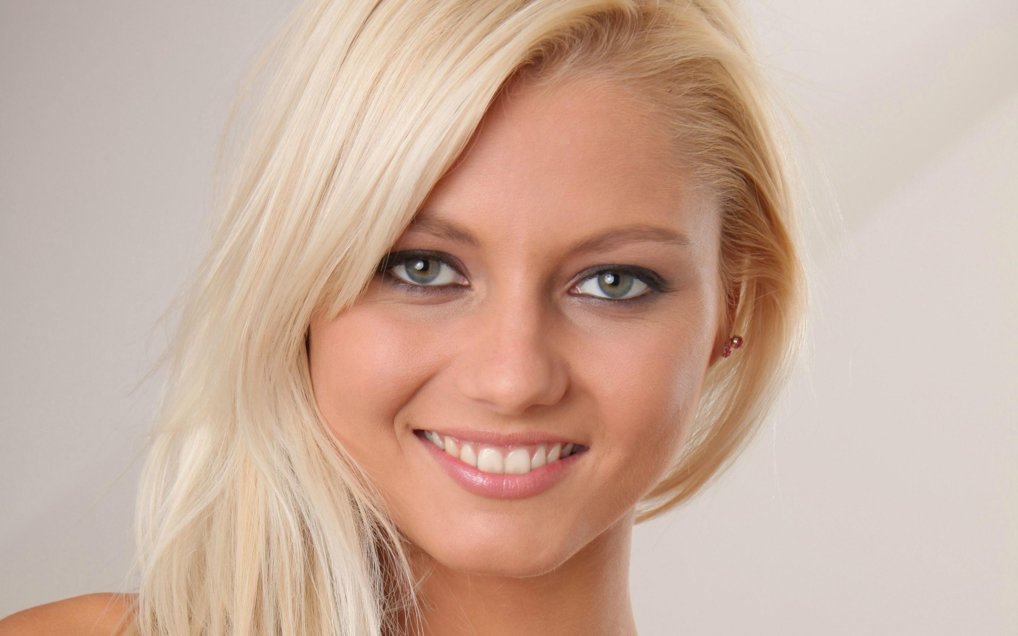 осторожно фото блондинок порноактрис другой