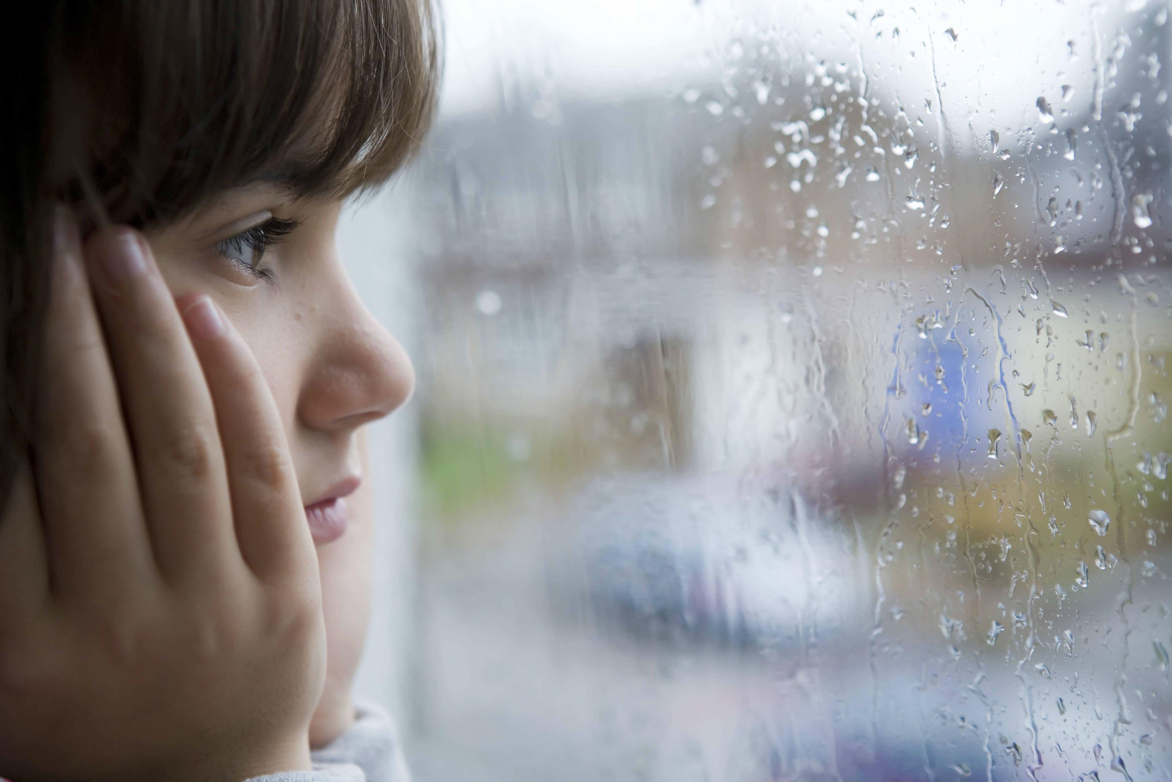 она очень картинки сижу у окна дождь после стрелки