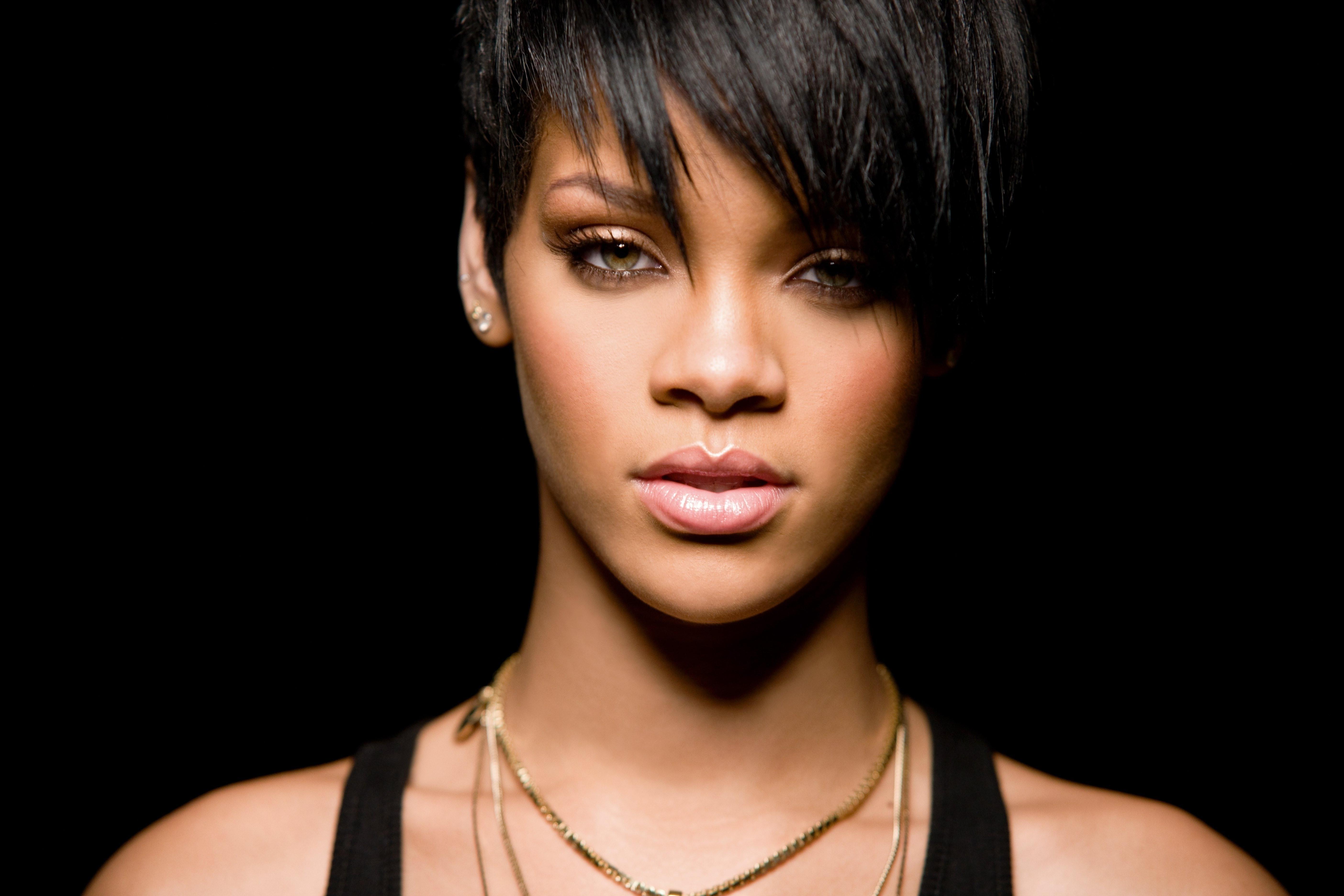 Rihanna capelli corti neri