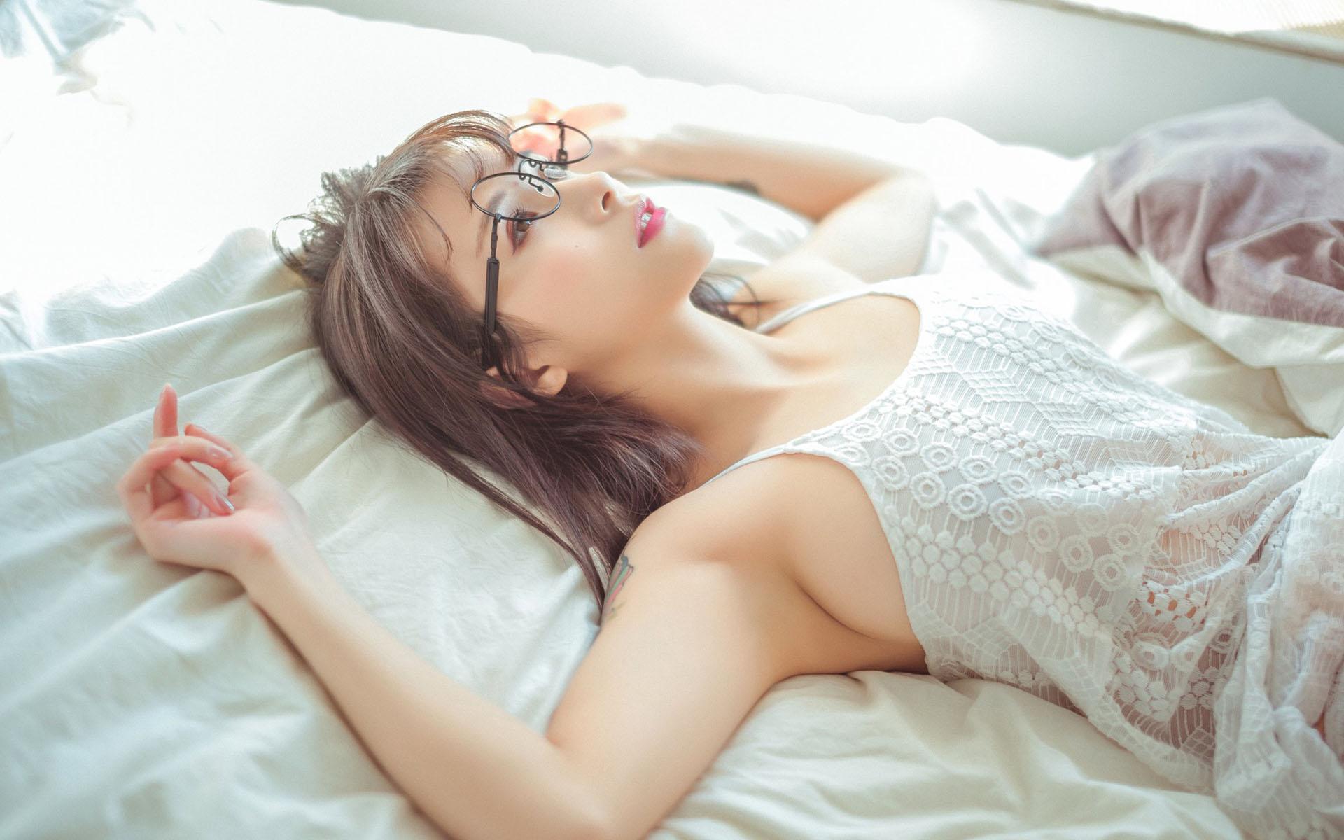 Проститутки азиатки на кровати