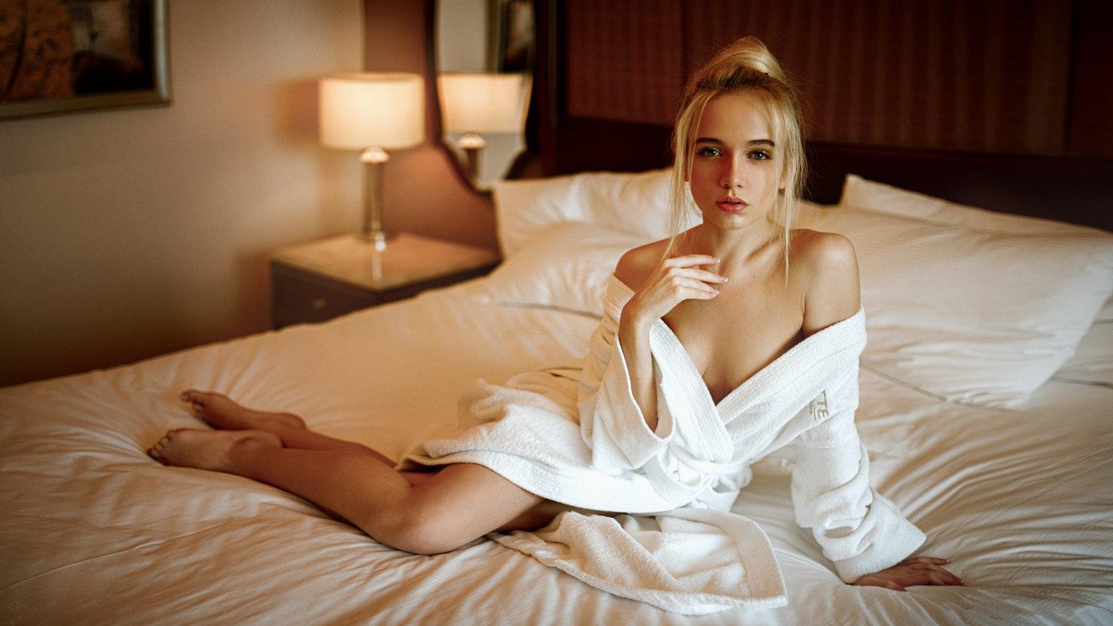 foto-krasivih-blondinok-na-krovati-ekzoticheskaya-lesbi-erotika
