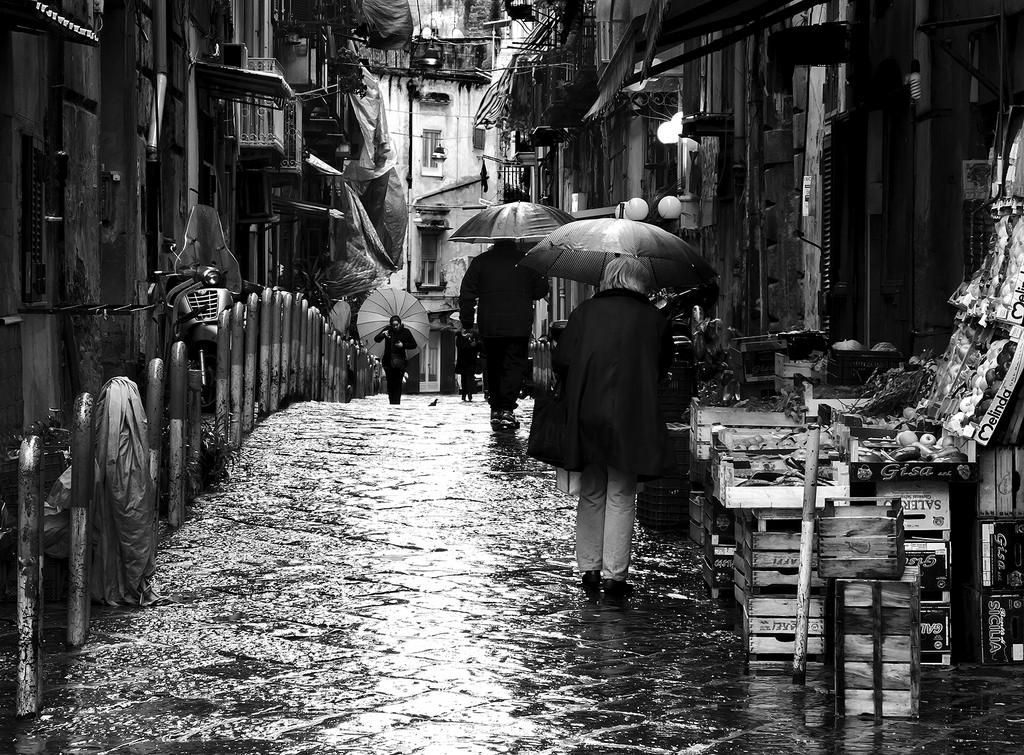Sfondi napoli sanit strada monocromo pioggia vicolo for Foto hd bianco e nero