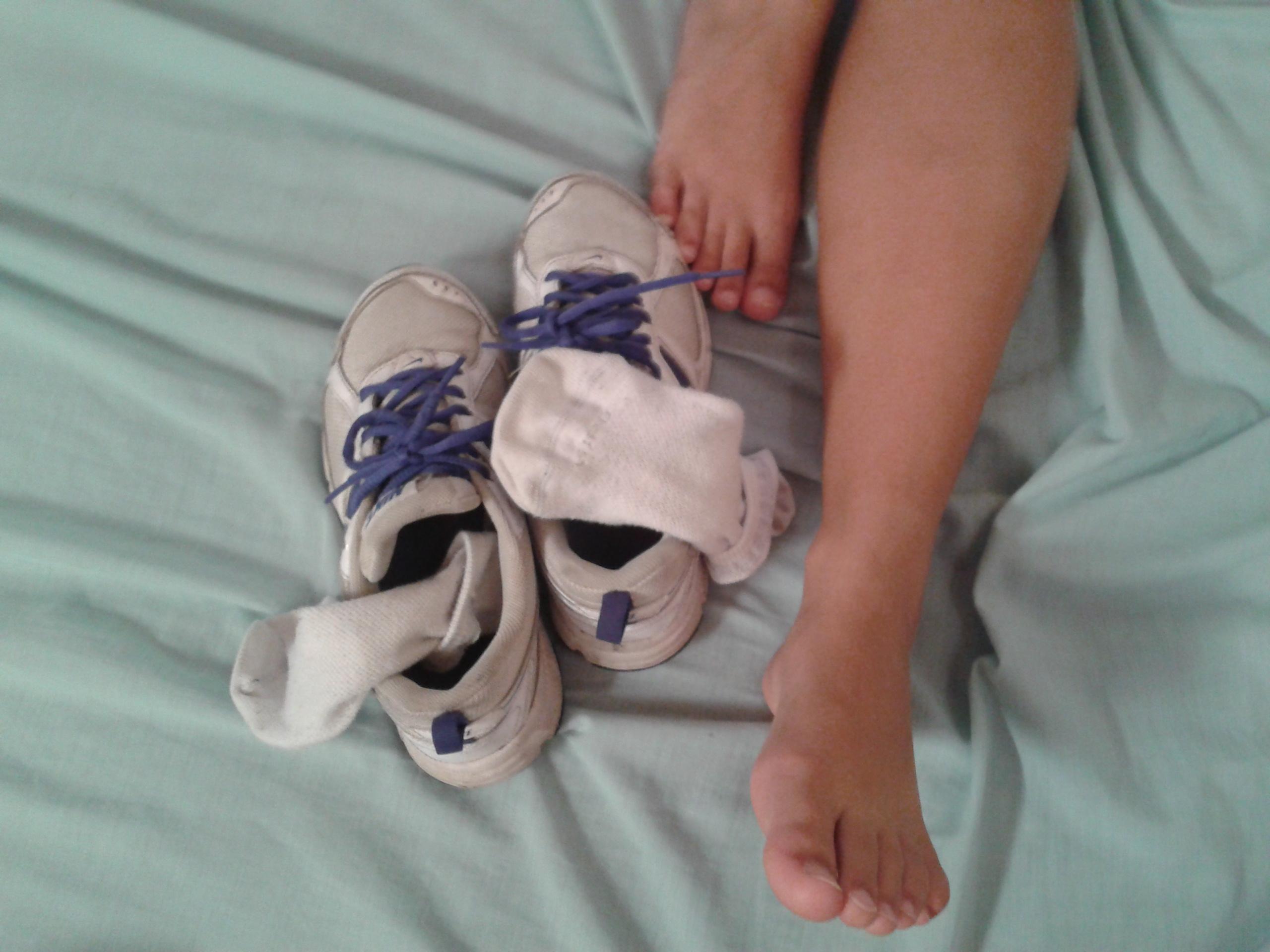 Nike a piedi nudi calzini Adidas scarpe da ginnastica comune bambino ragazza mano piede dito gamba