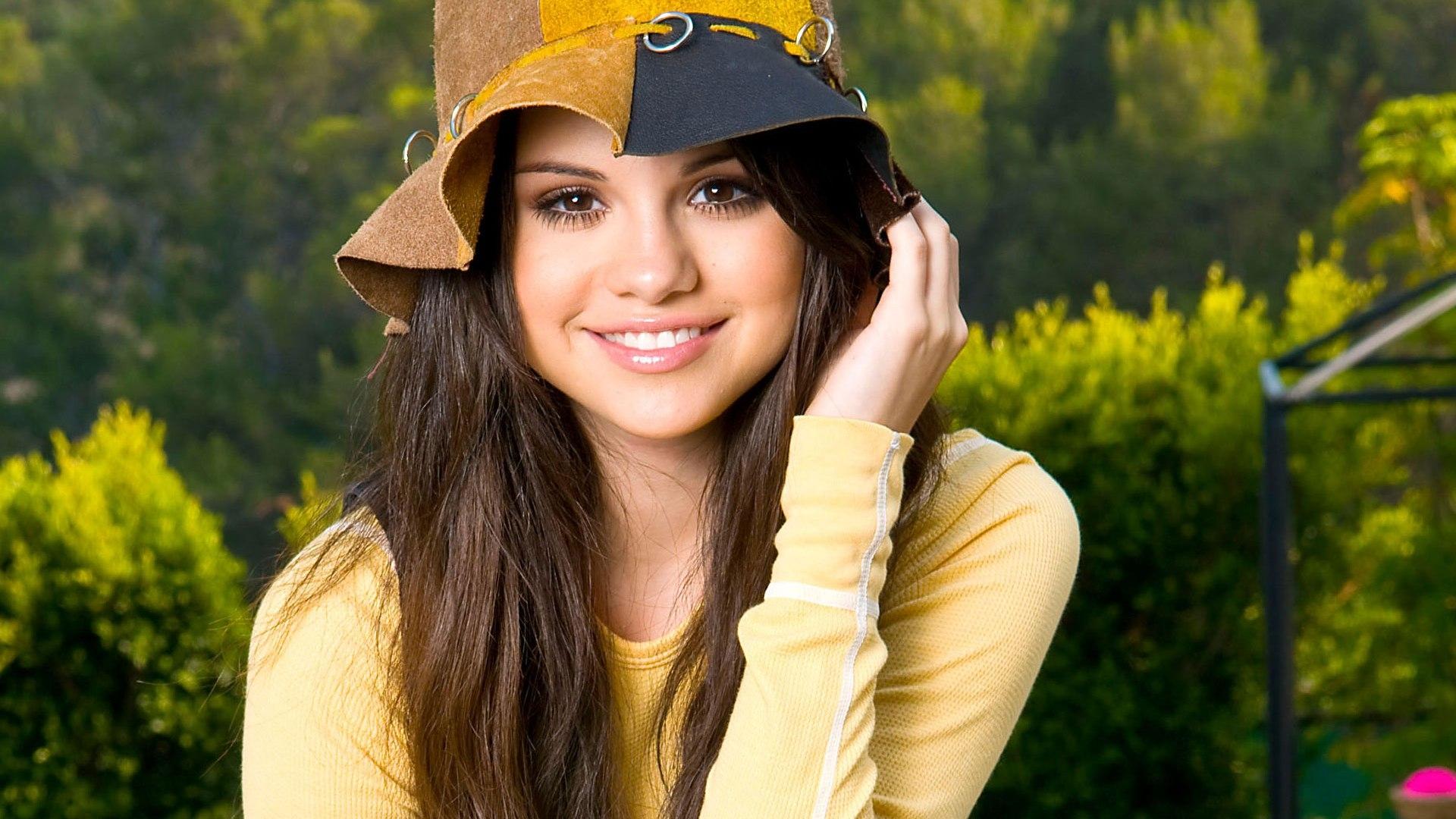wallpaper selena gomez girl smile hat hair 1920x1080