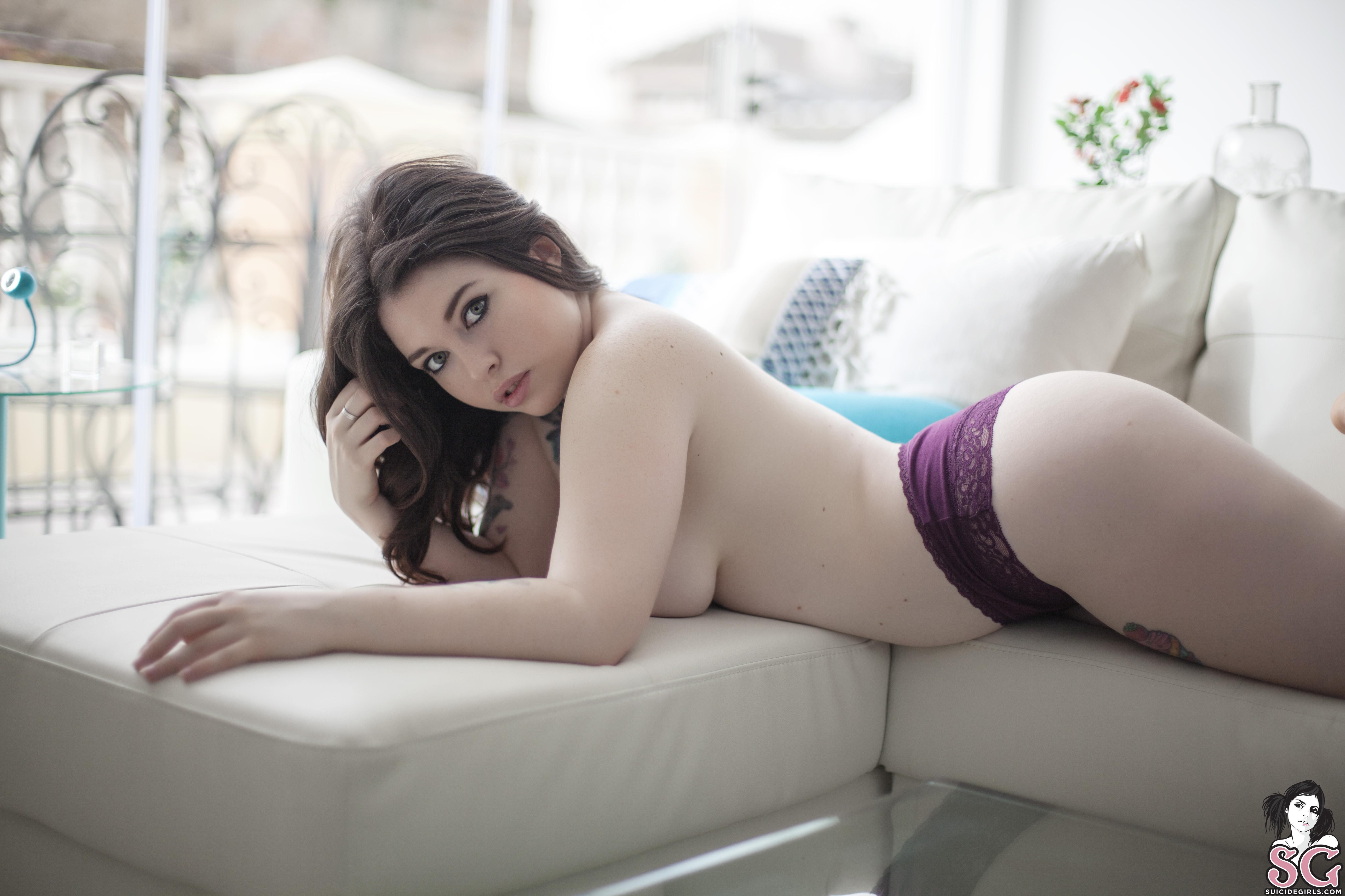 Сейчас смотрят большие сиськи, девушка шалит на веб камеру онлайн
