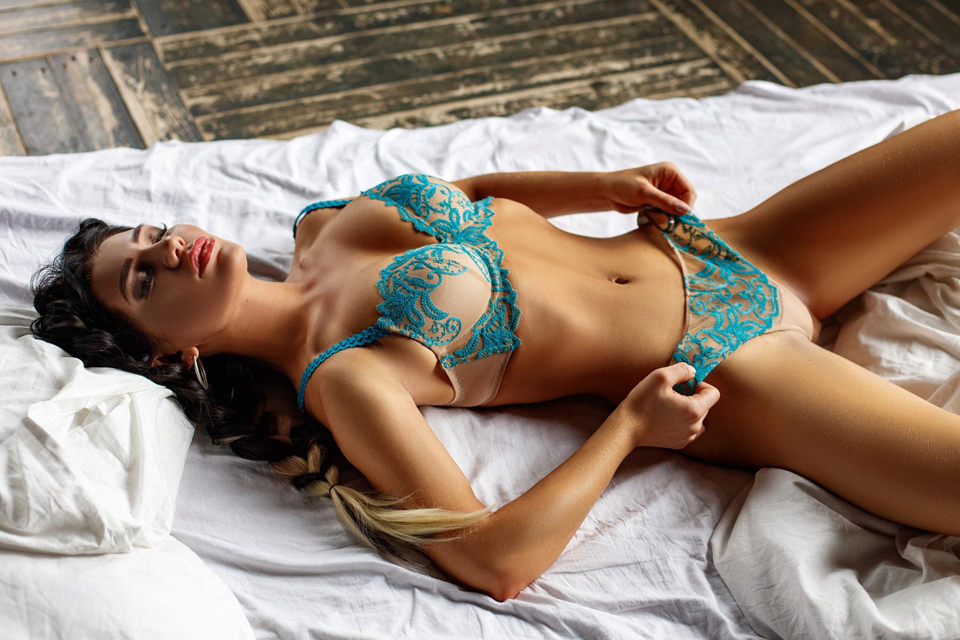 смотреть девушка лежит голая кому них