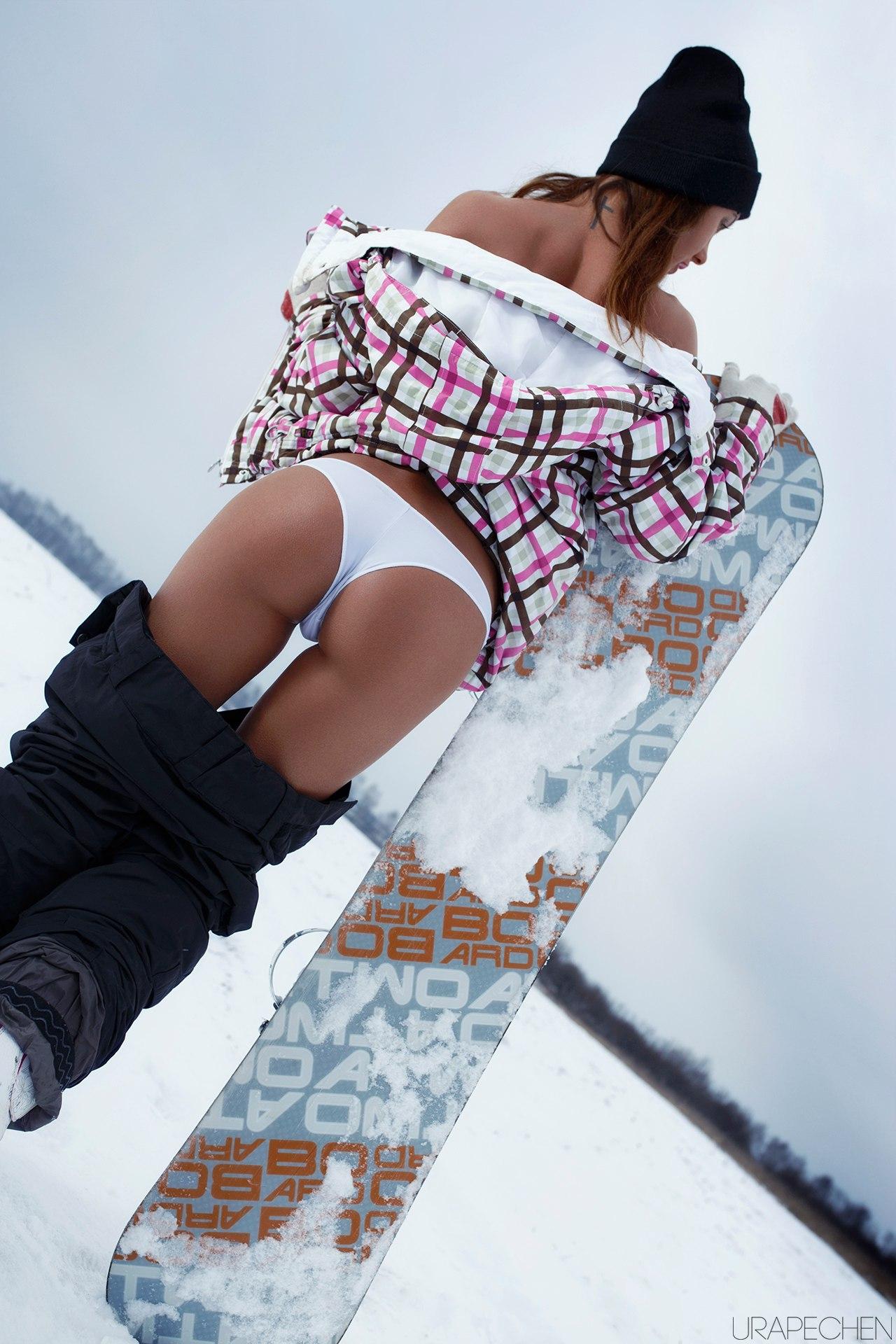 Сноубордистка снимает трусики