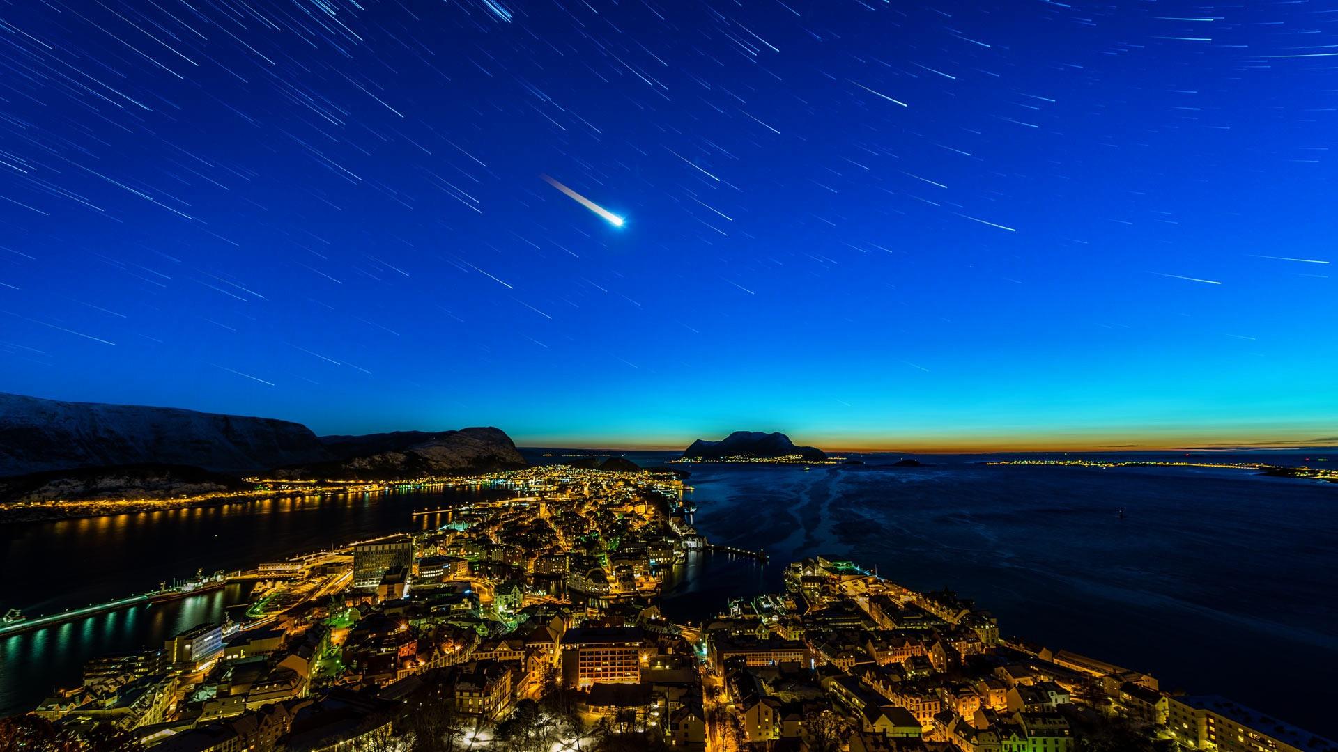 Роскошные пейзажи Норвегии - Страница 19 Architecture-building-cityscape-Norway-evening-long-exposure-city-lights-shooting-stars-mountains-water-Alesund-bridge-1230395