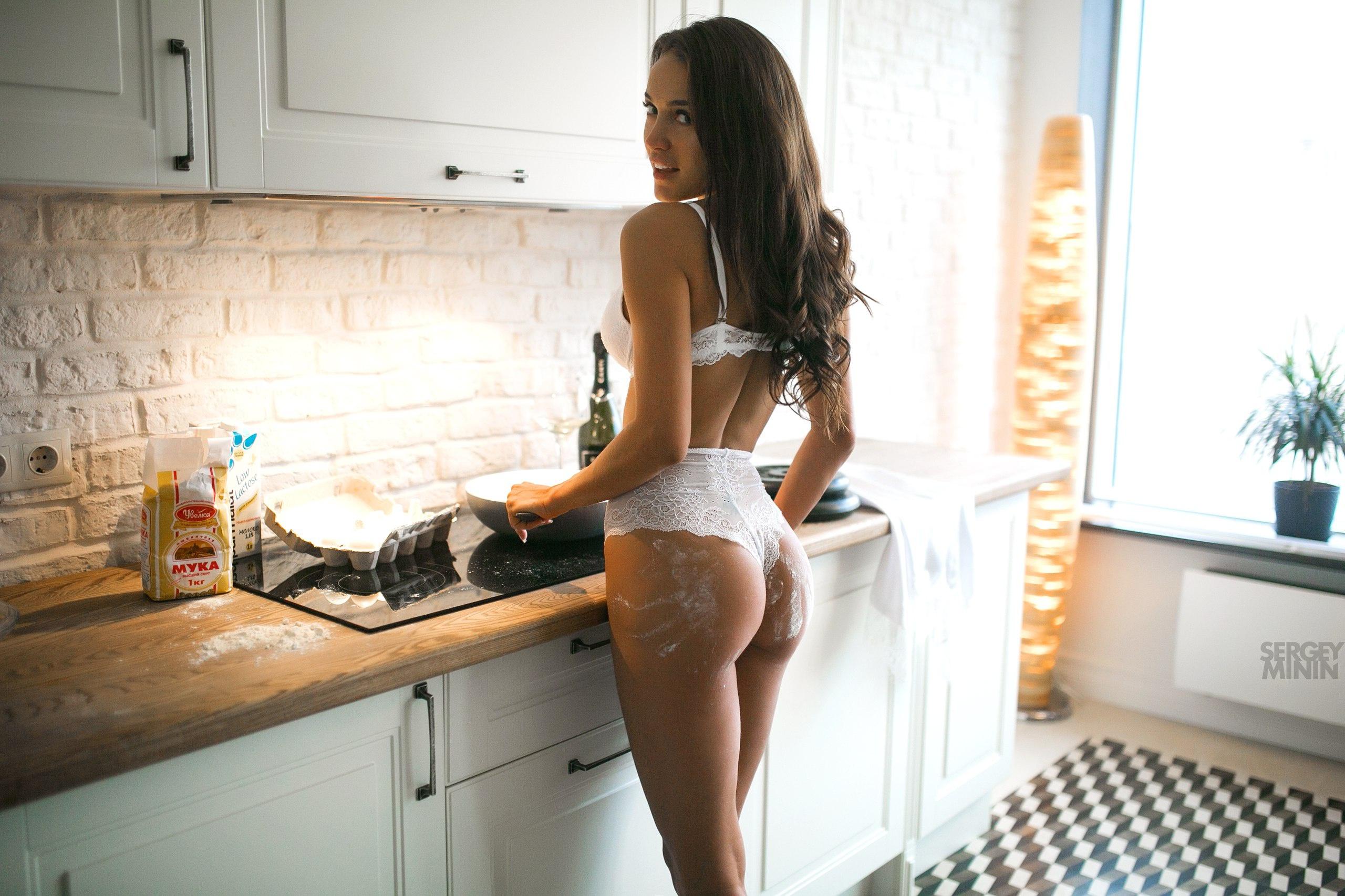девушки готовят в белье первом