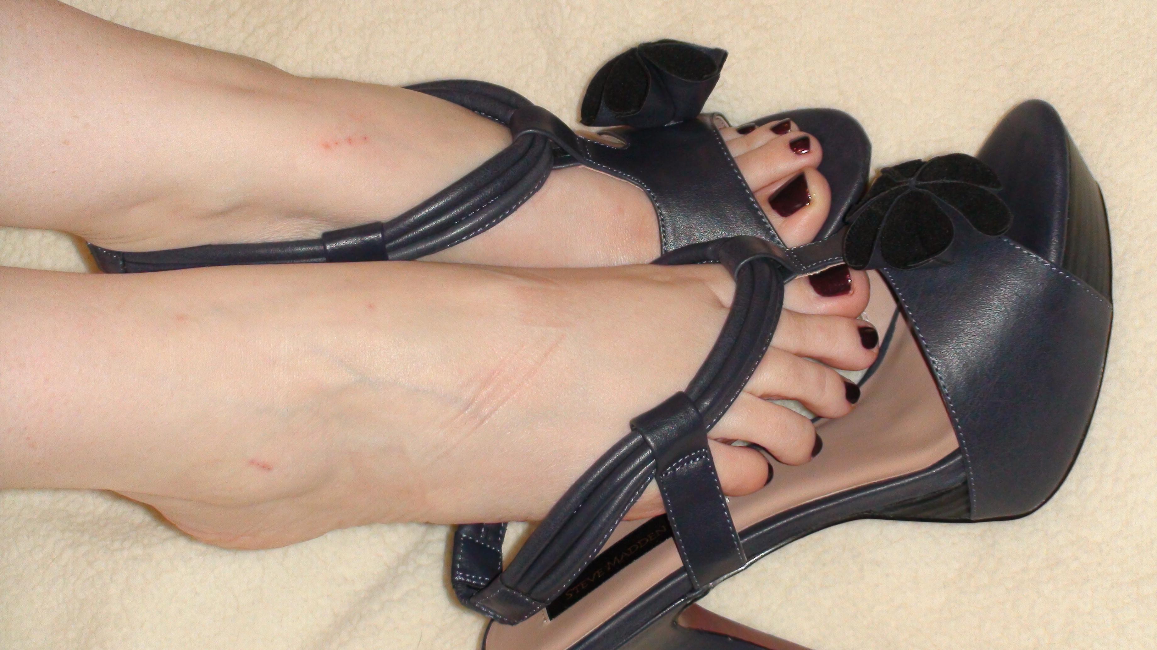 Целовать туфли фото, Целует ножки девушки в туфлях на каблуке 9 фотография