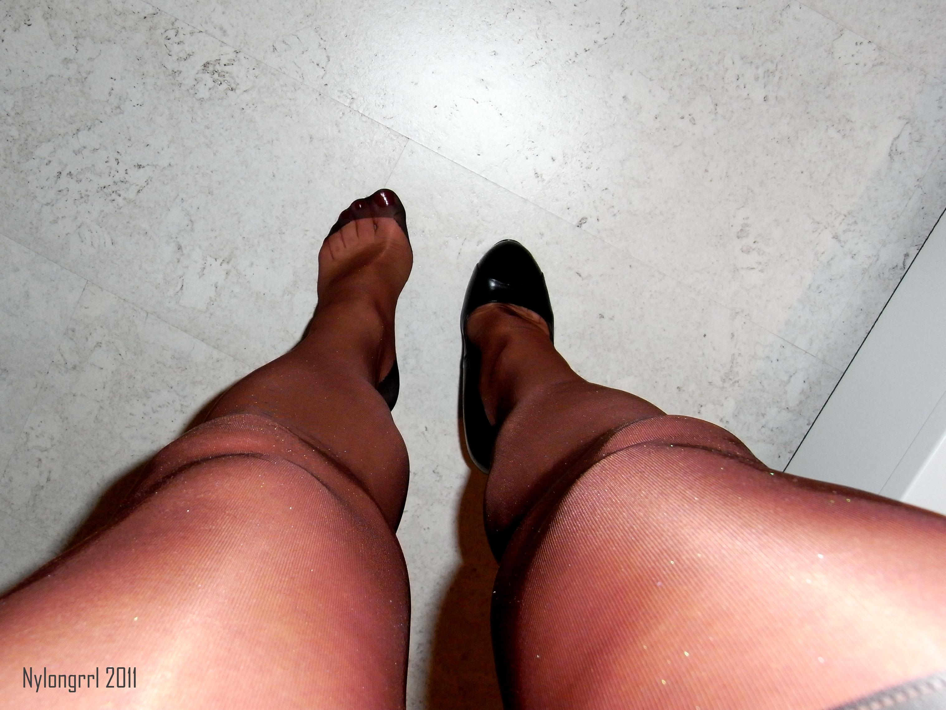 paltsi-zhenskie-na-nogah-v-kolgotkah-foto-lizhet-pizdu-i-nogi-onlayn