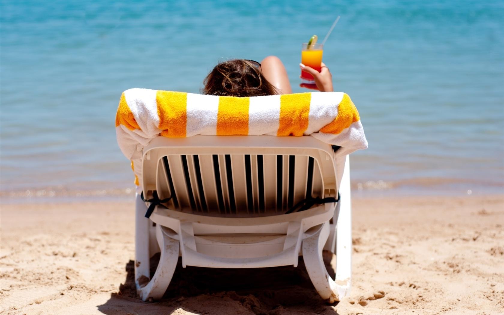 На пляже на шезлонге девушка фото