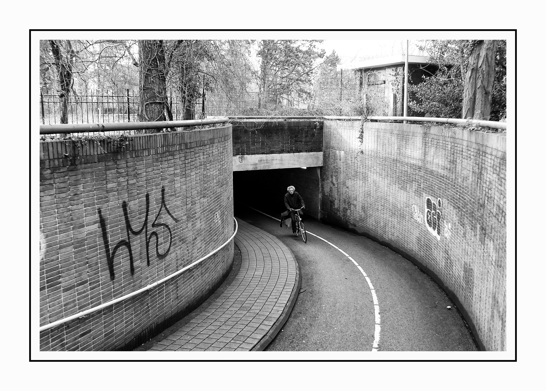 Hình nền : Đơn sắc, Xe đạp, Tường, nhiếp ảnh, đường hầm, Cơ sở hạ tầng, góc, đường sắt, đen trắng, Theo dõi, Haarlem, Chảy nước mắt, Zwartwit, đen và trắng, ...