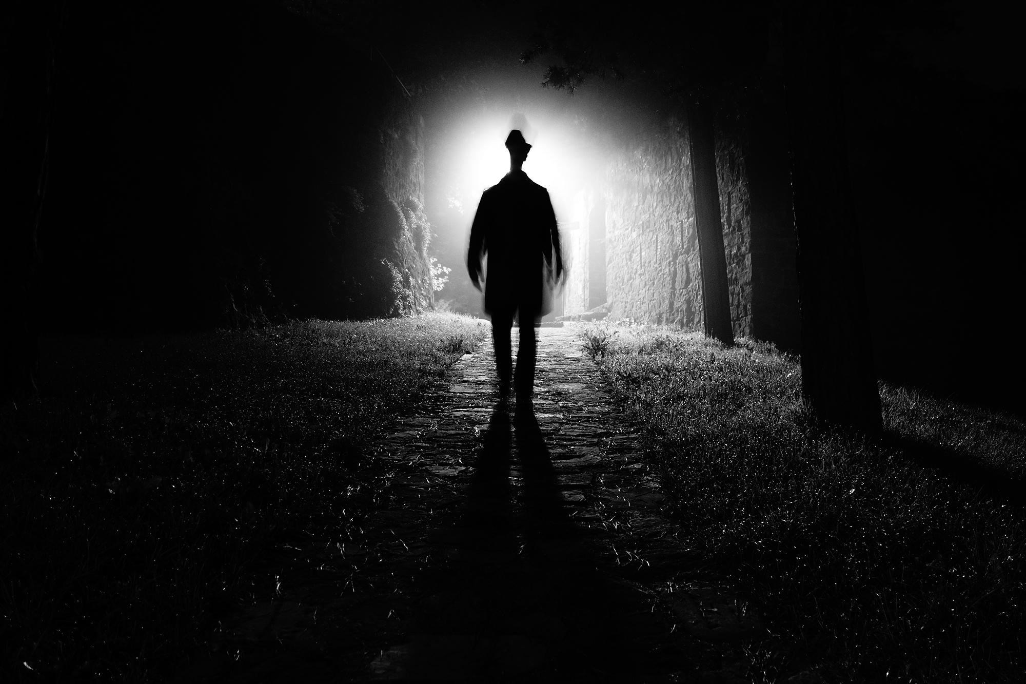 картинка уходящего в темноту того, основную