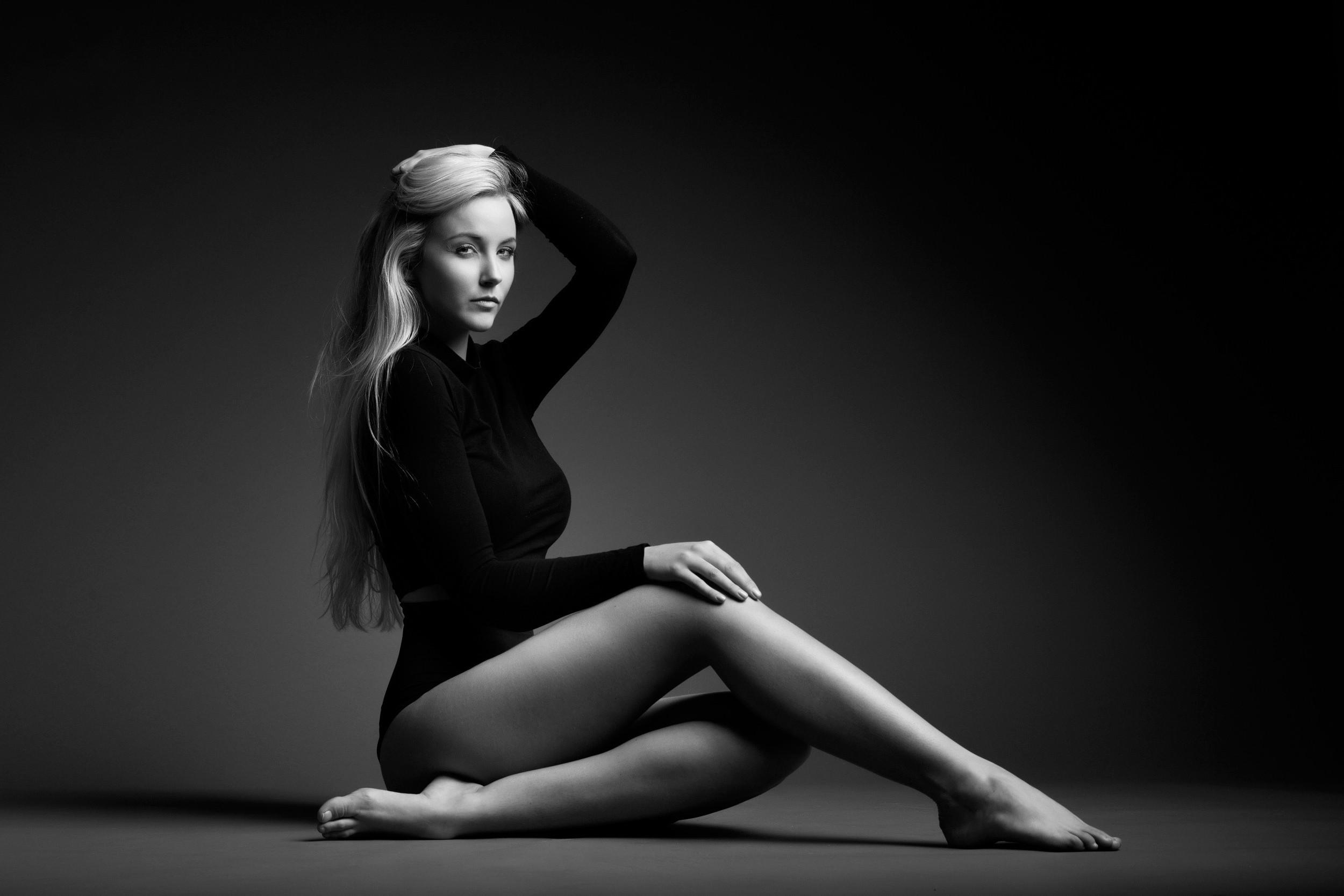Фото в фотостудии на черном фоне
