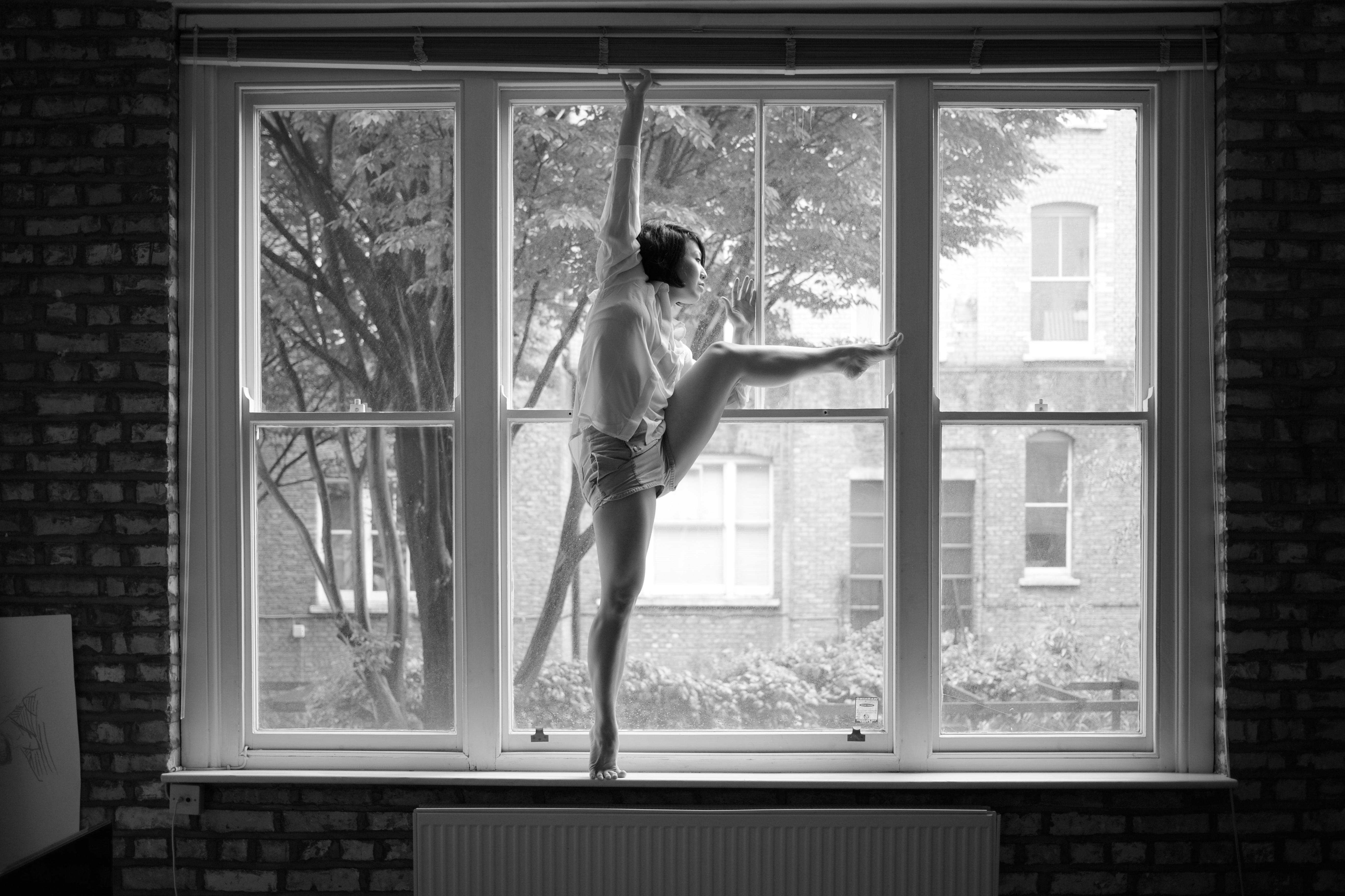 Fond d 39 cran noir et blanc bw ballet femme fen tre for Fenetre noir et blanc