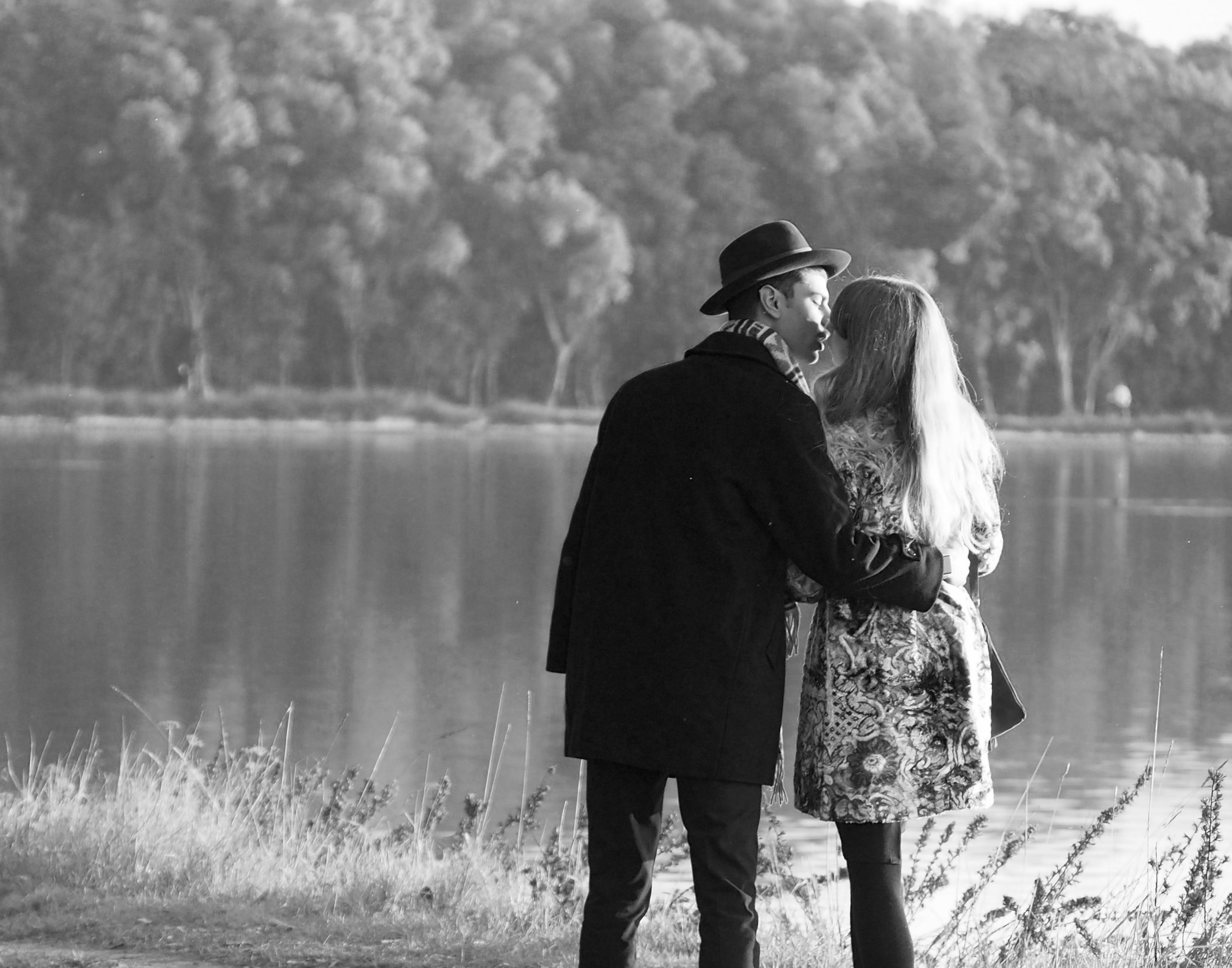 Fond d 39 cran noir et blanc amour les amoureux petite amie copain baiser bisous vivre - Photo romantique noir et blanc ...