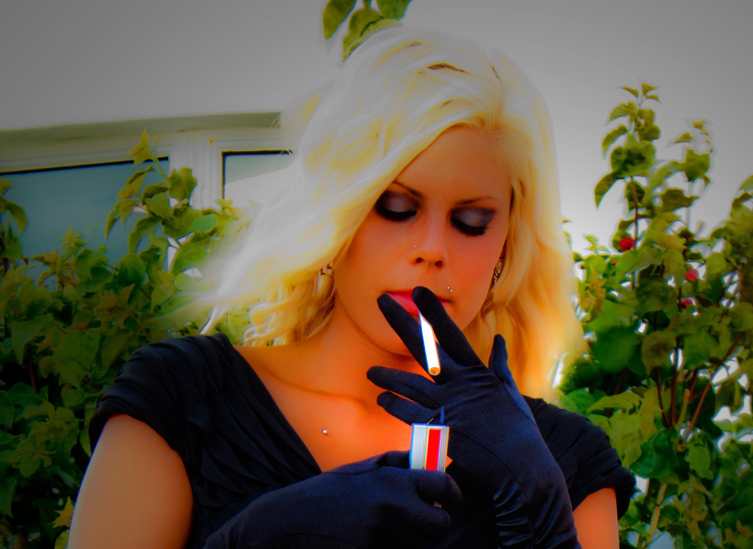 dívčí dívka kouření velký houba péro