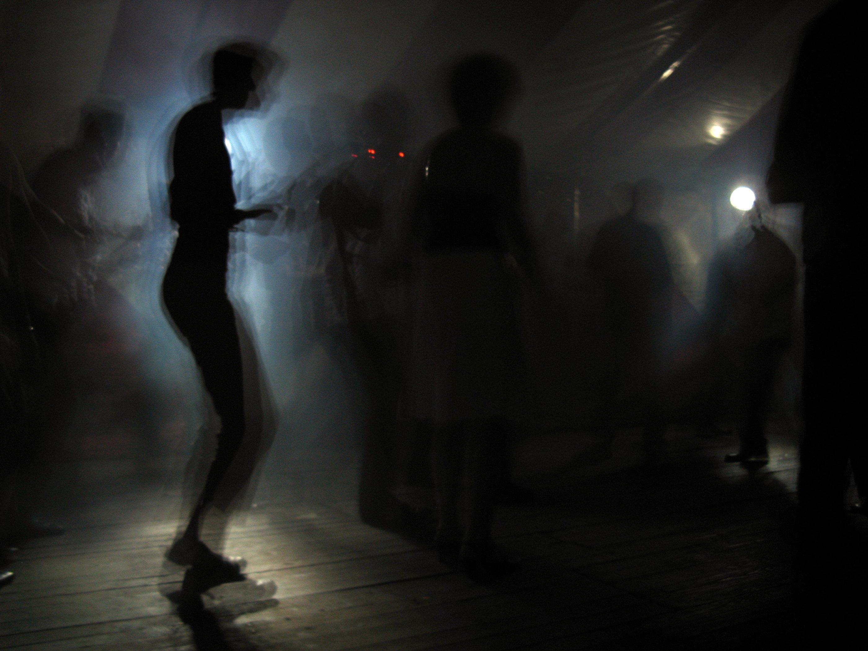 Девушка танцует ночью картинки