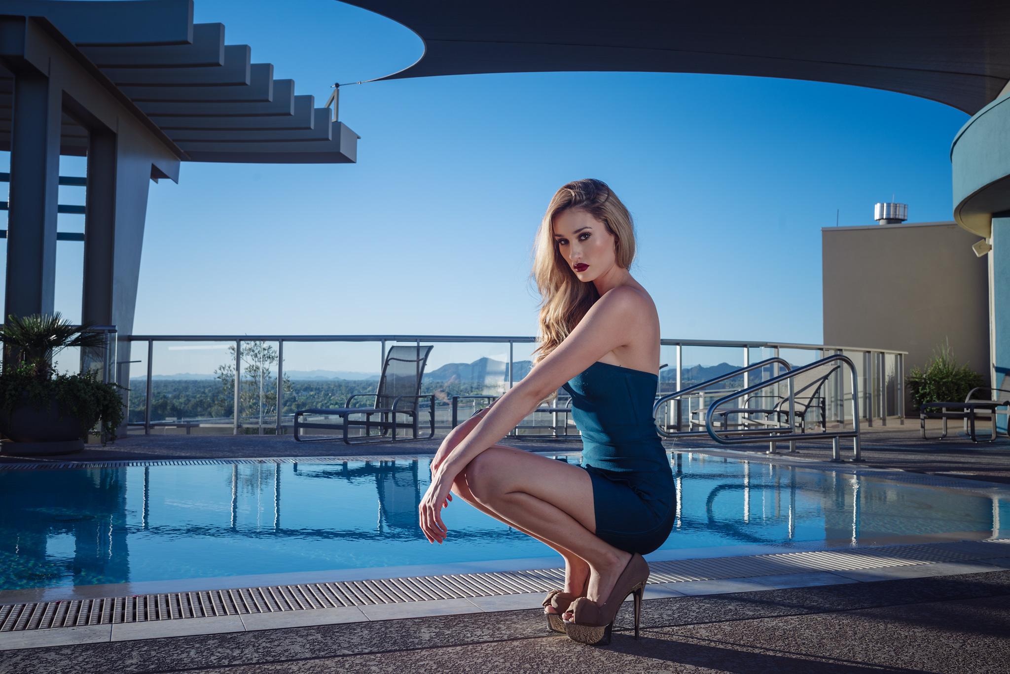 Брюнетка фото моделей в бассейне писсинг плейбой