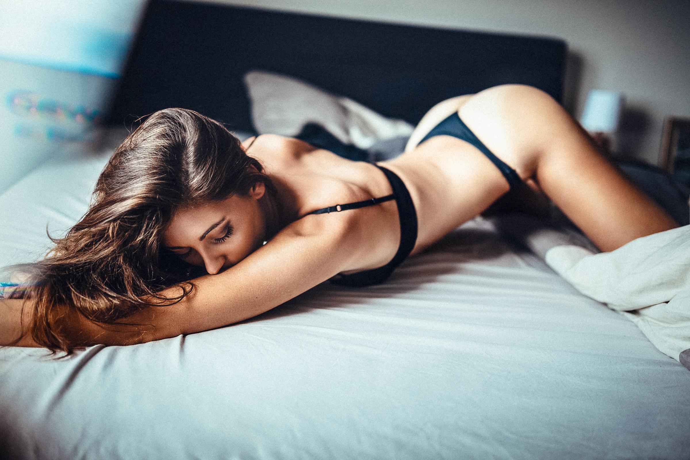 Красивая девушка обнажается в постели фото, видео эксцесс порно