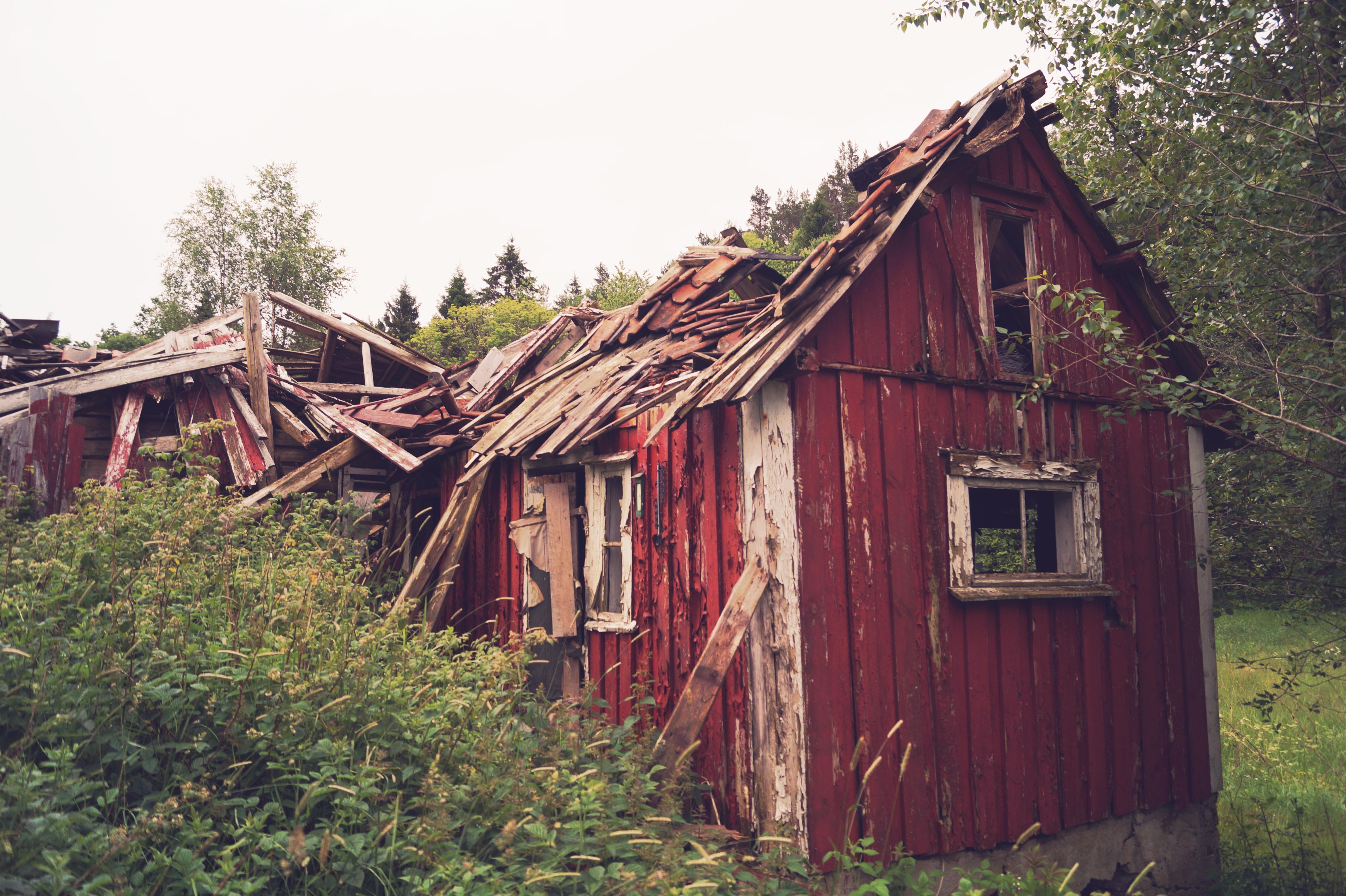 она фото разрушенных домов в деревне стеновые