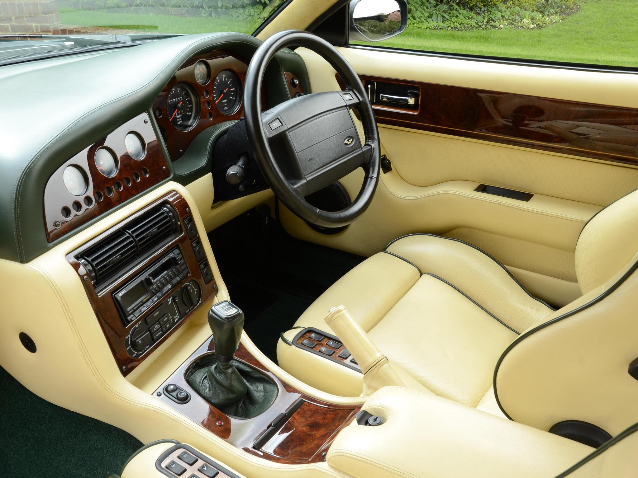 Fond d 39 cran int rieur v hicule voiture de sport for Interieur voiture de luxe
