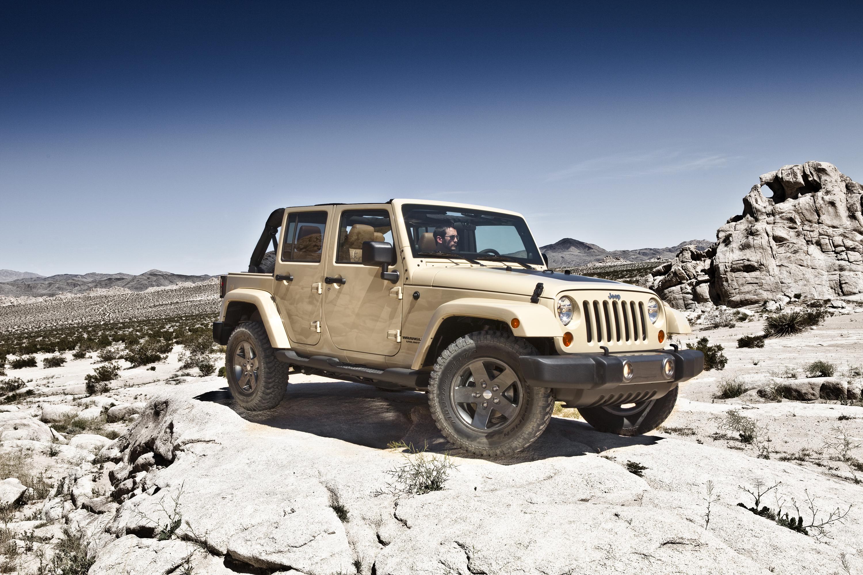 джип вранглер на фоне пустыни фото