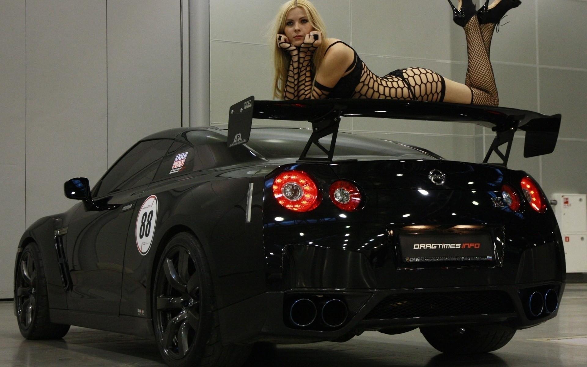 fond d 39 cran v hicule femmes avec des voitures voiture de sport nissan gt r femmes russes. Black Bedroom Furniture Sets. Home Design Ideas