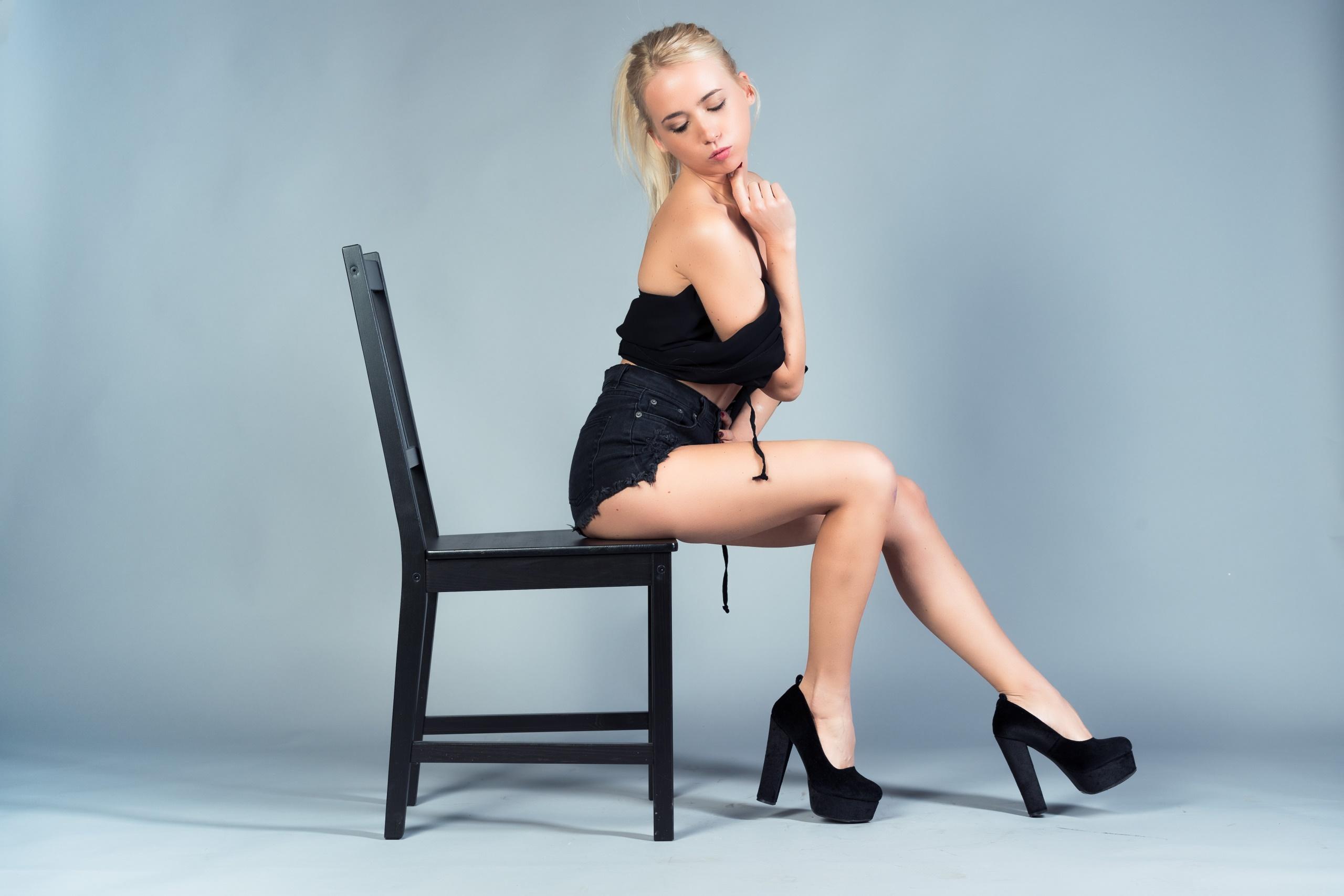 Видео бесплатно блондинка на стуле