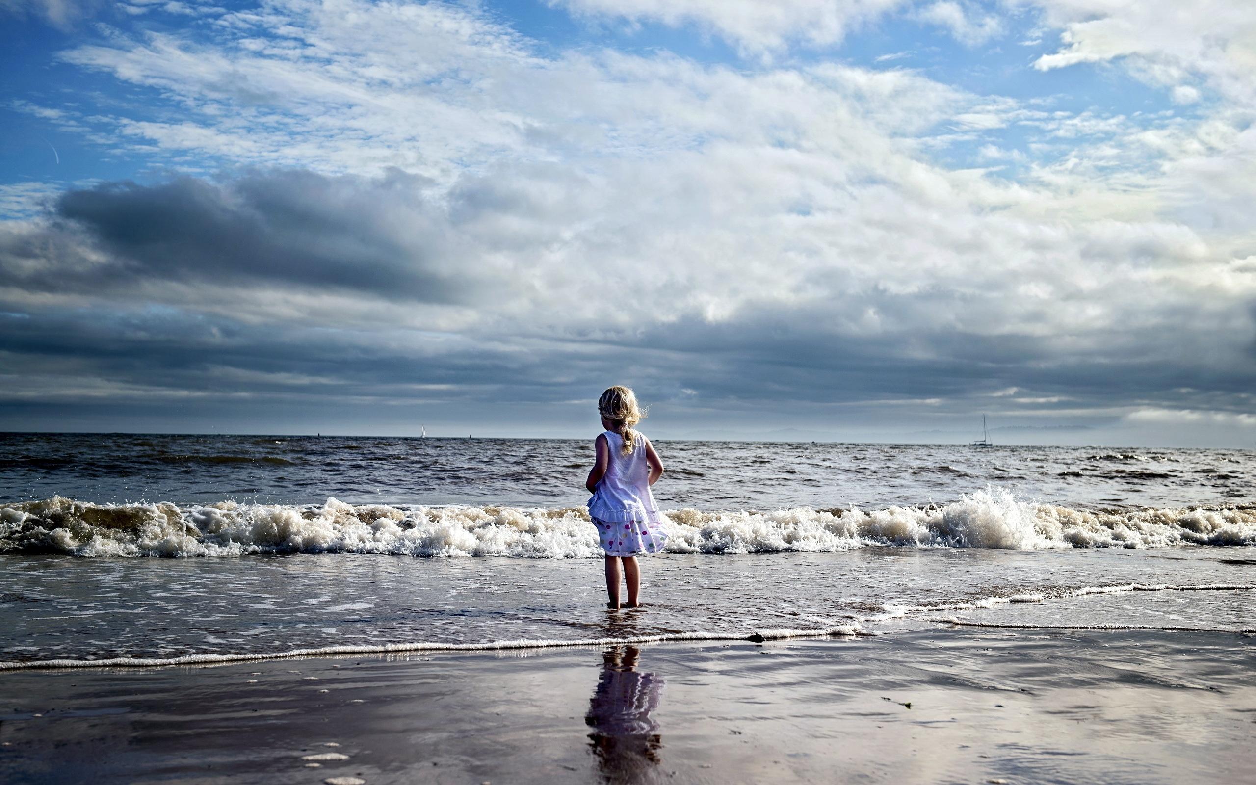 красивая девушка на берегу океана - 3