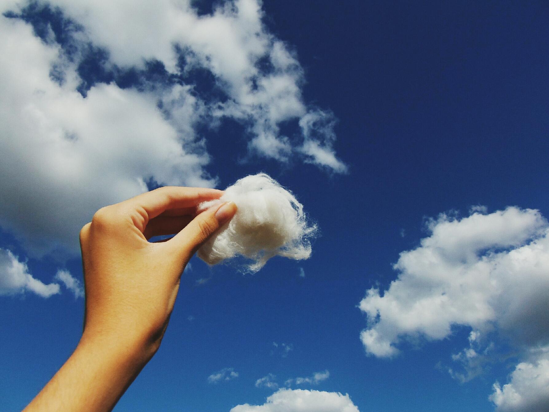 Человек раскрашивает облака картинка