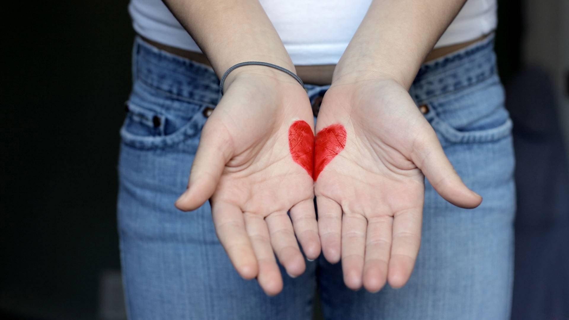 Фото девушки делающая сердечко
