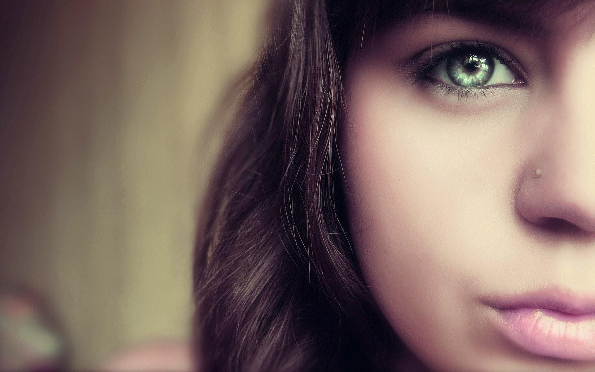 Картинка девушки с зелеными глазами улыбающаяся