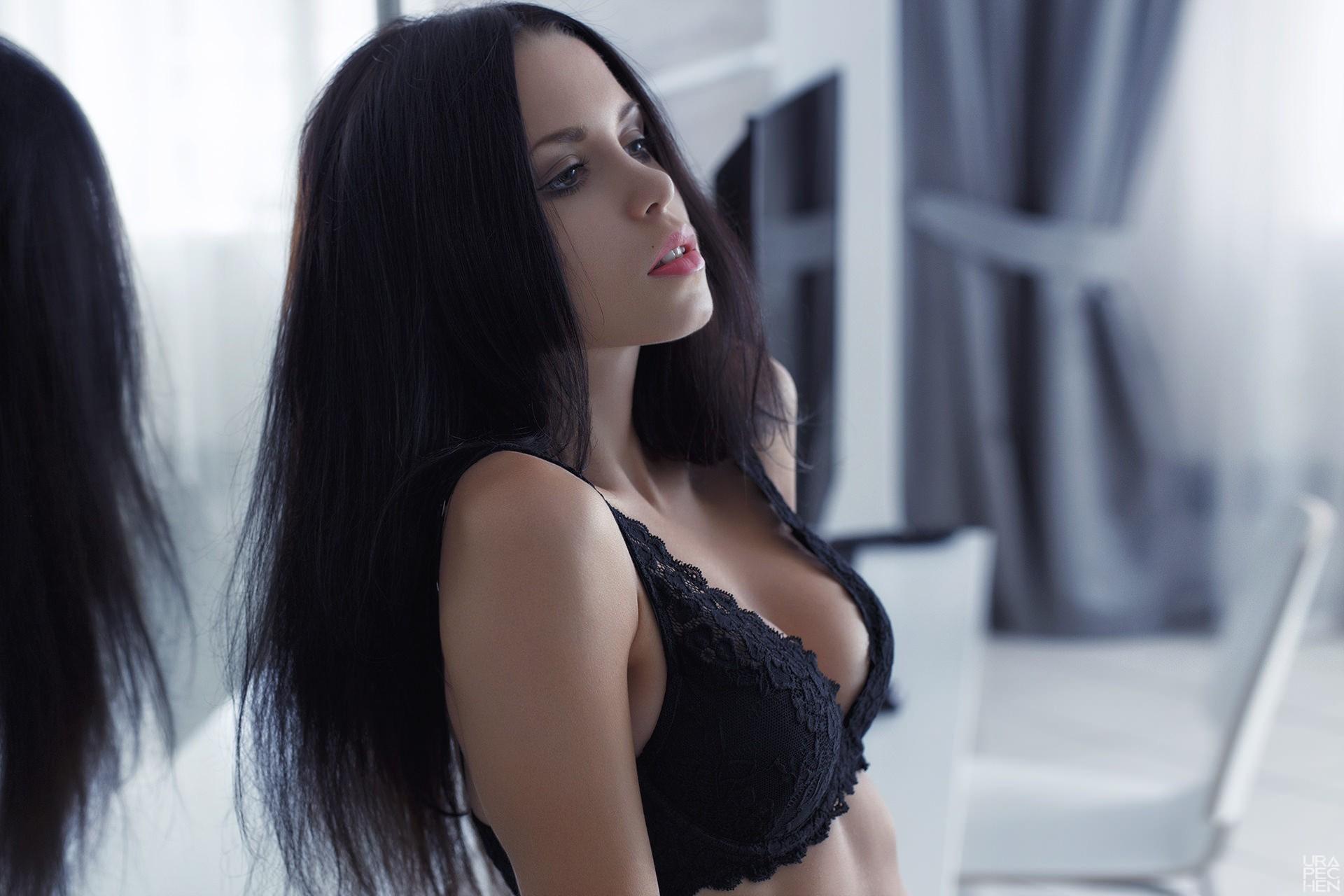 Фото г олые модели с черными волосами