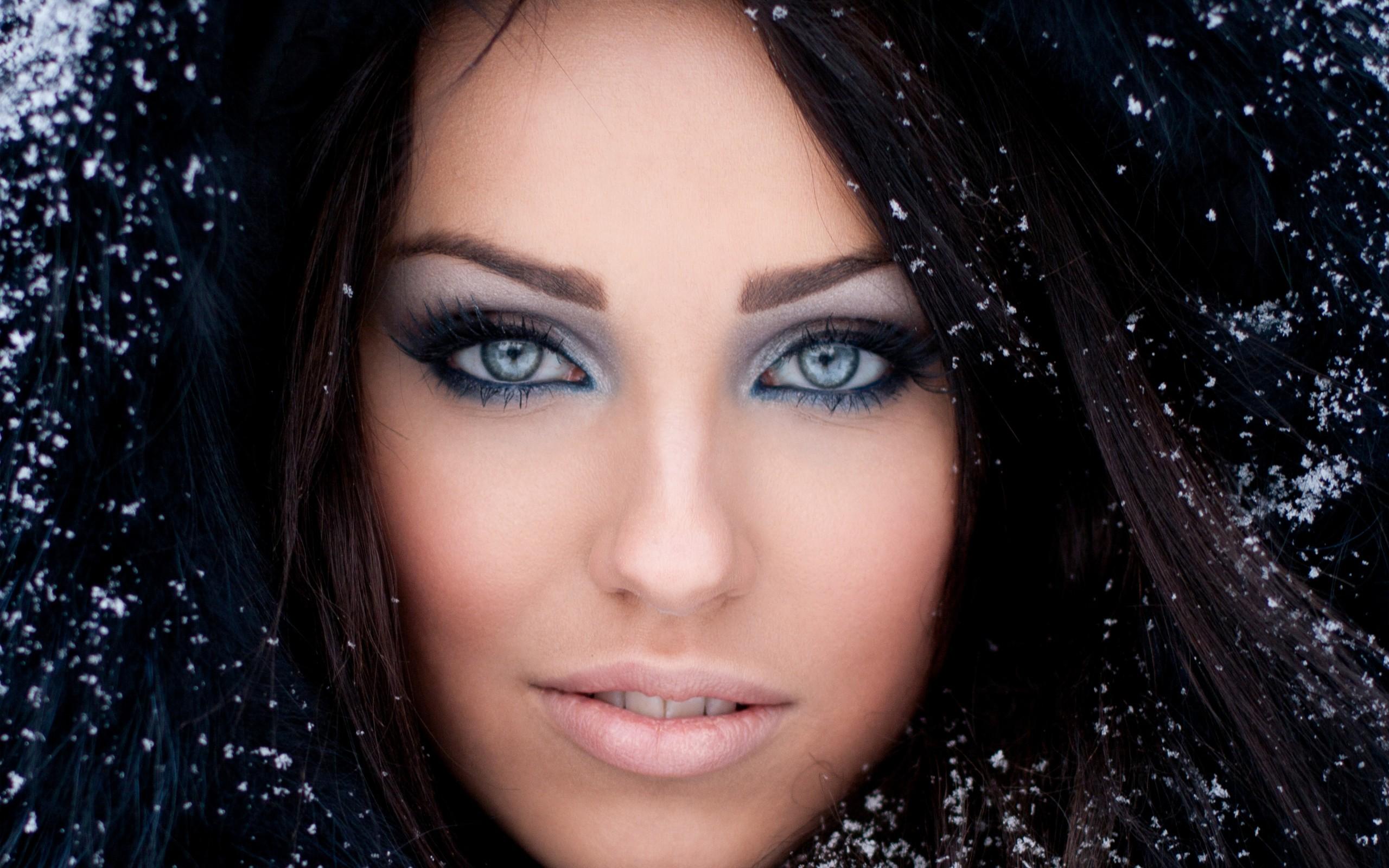 Blau haare augen graue braune mädchen Kurze Haare