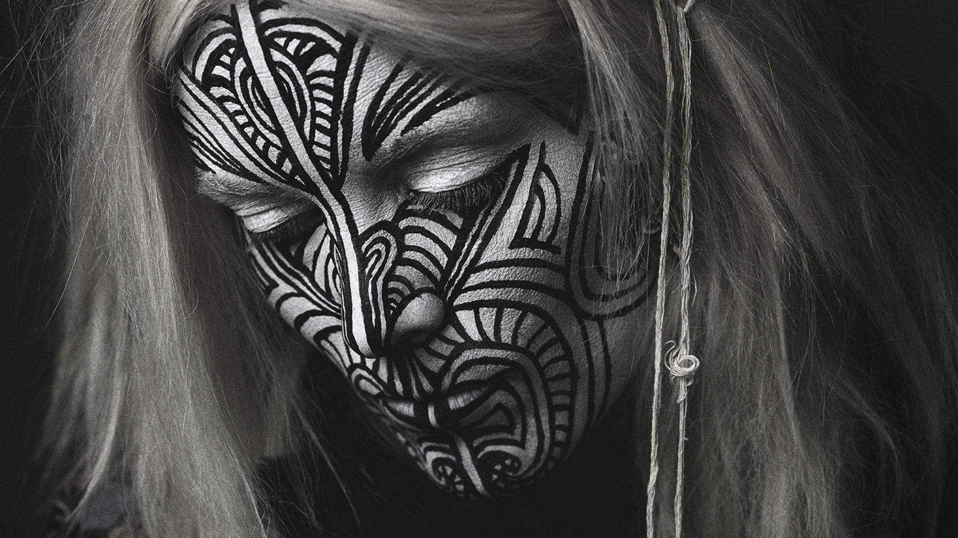 tatuajes blanco sentado en la cara