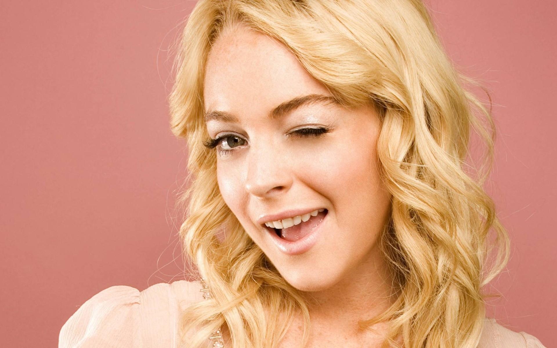 фото с подмигиванием пергидрольной блондинки