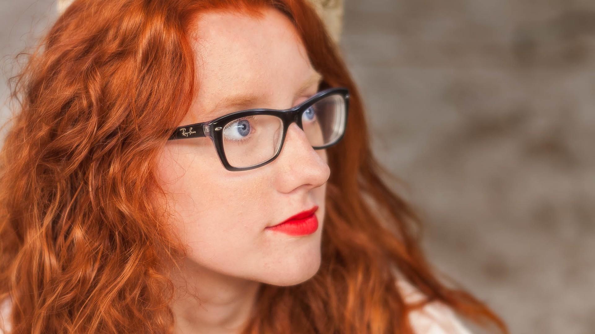 Рыжеволосая девушка в очках делает отсос — img 12
