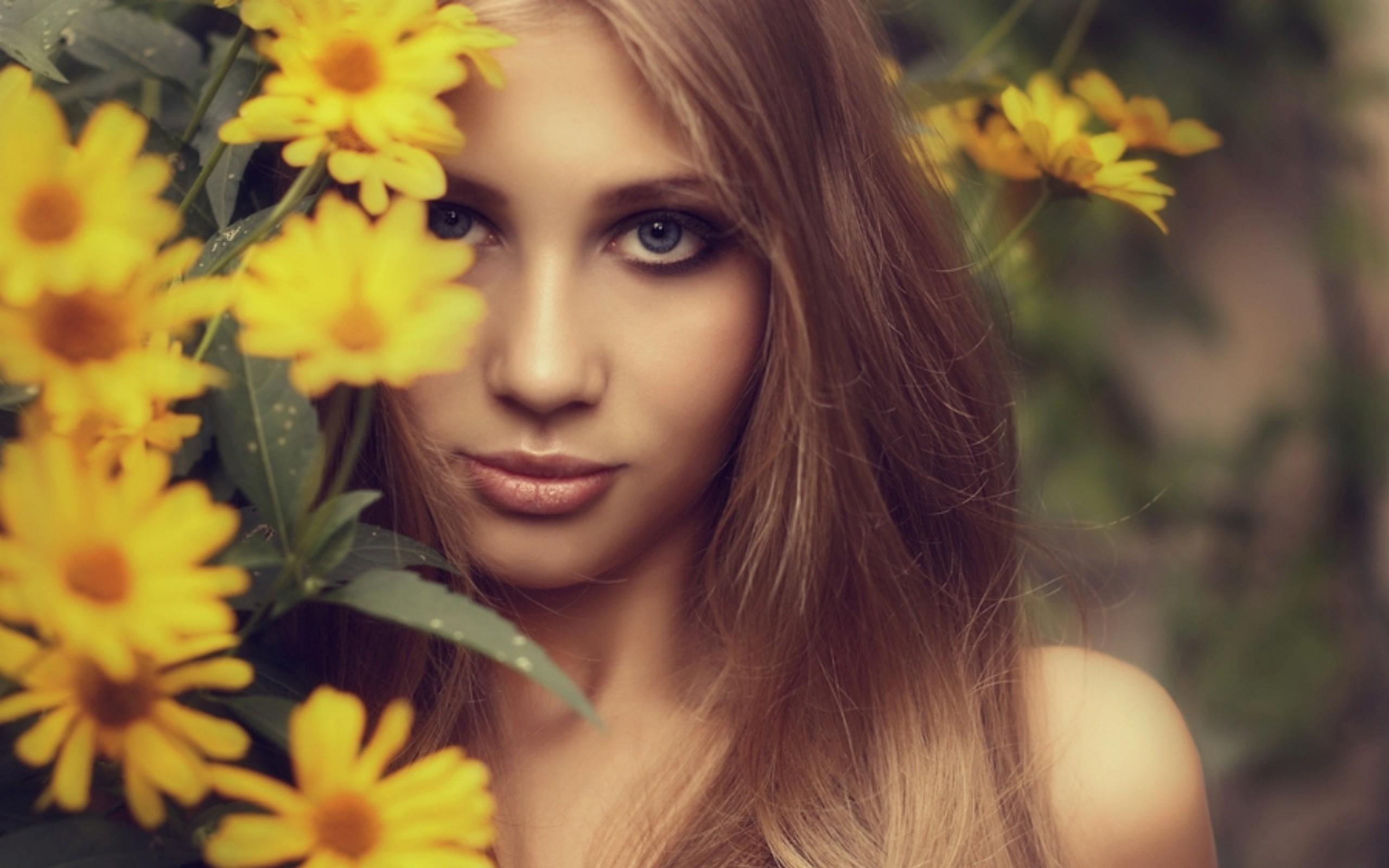 Девушка русая с цветами фото