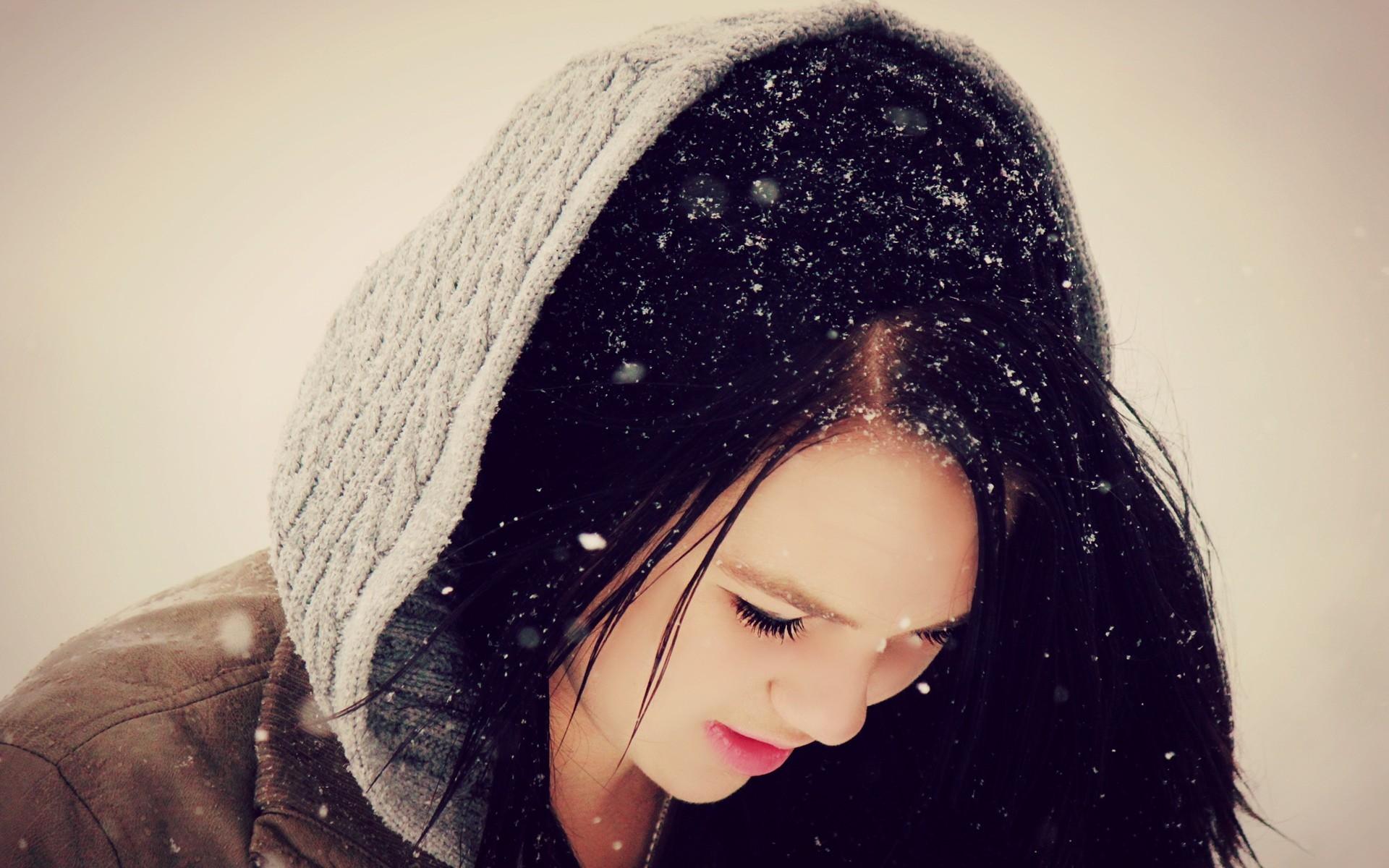 Картинки на аву для девушек без лица зимой брюнетка