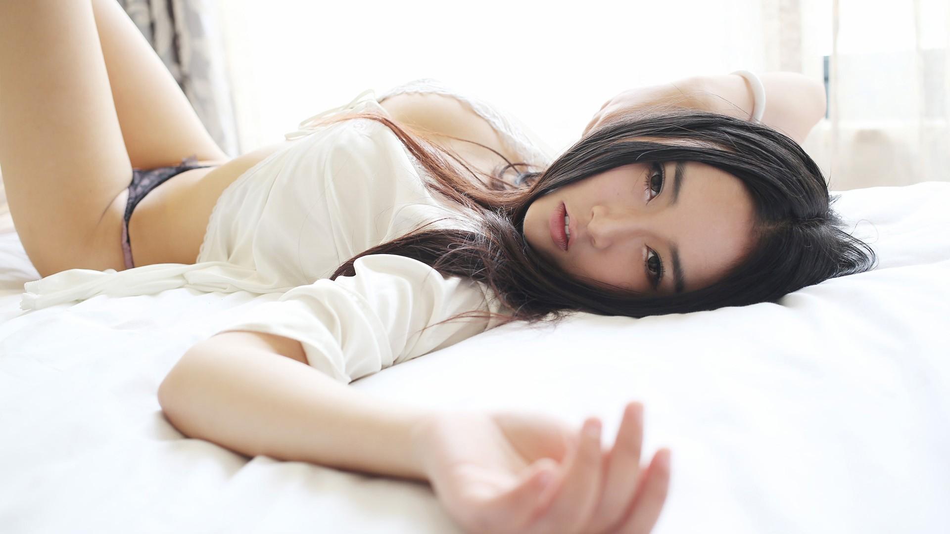 Красивая азиатка на кровати со своим парнем видео — pic 1
