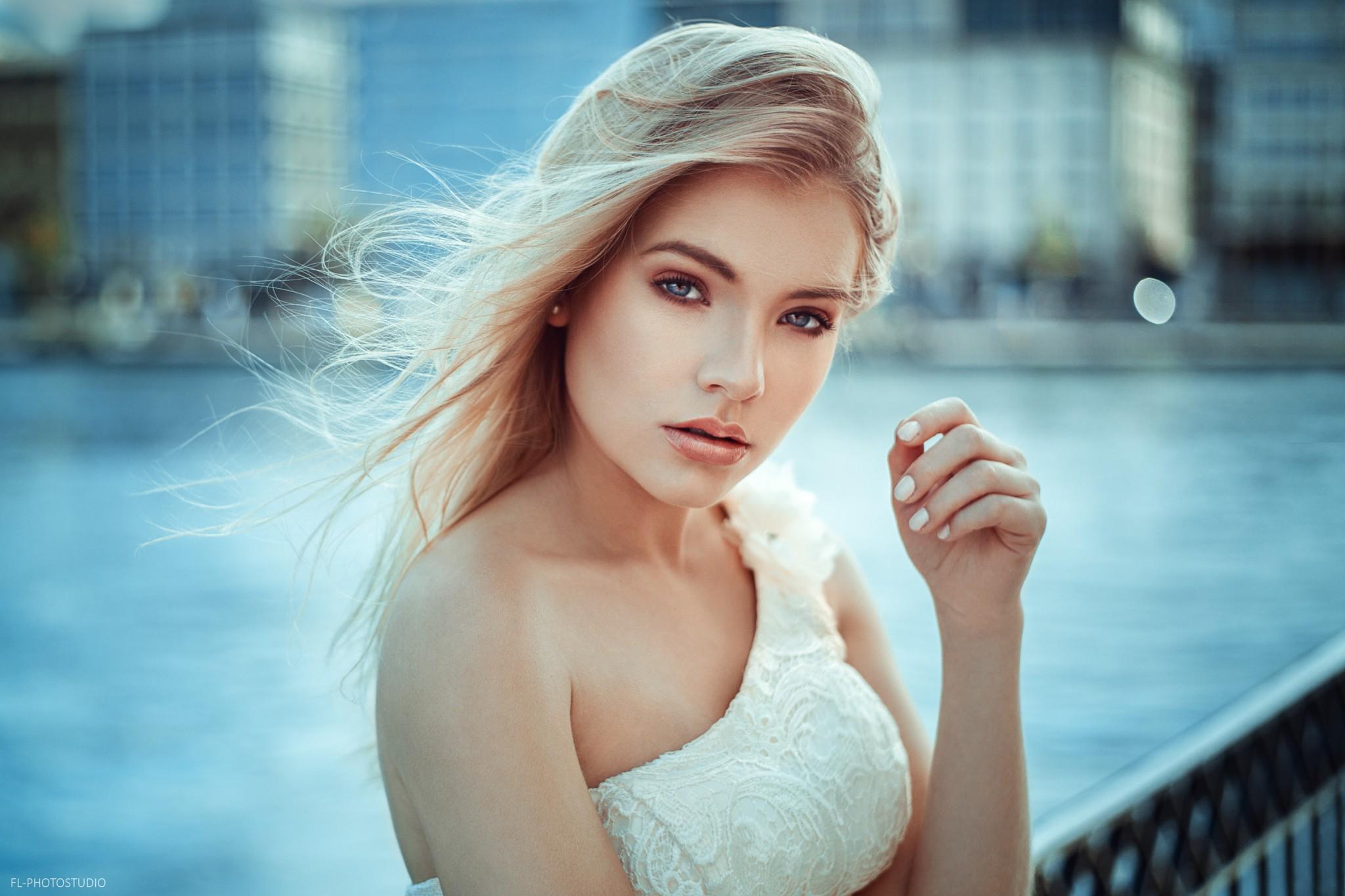 menghadapi wanita model potret berambut pirang kedalaman lapangan rambut panjang mata biru fotografi gaun Anna Maradan