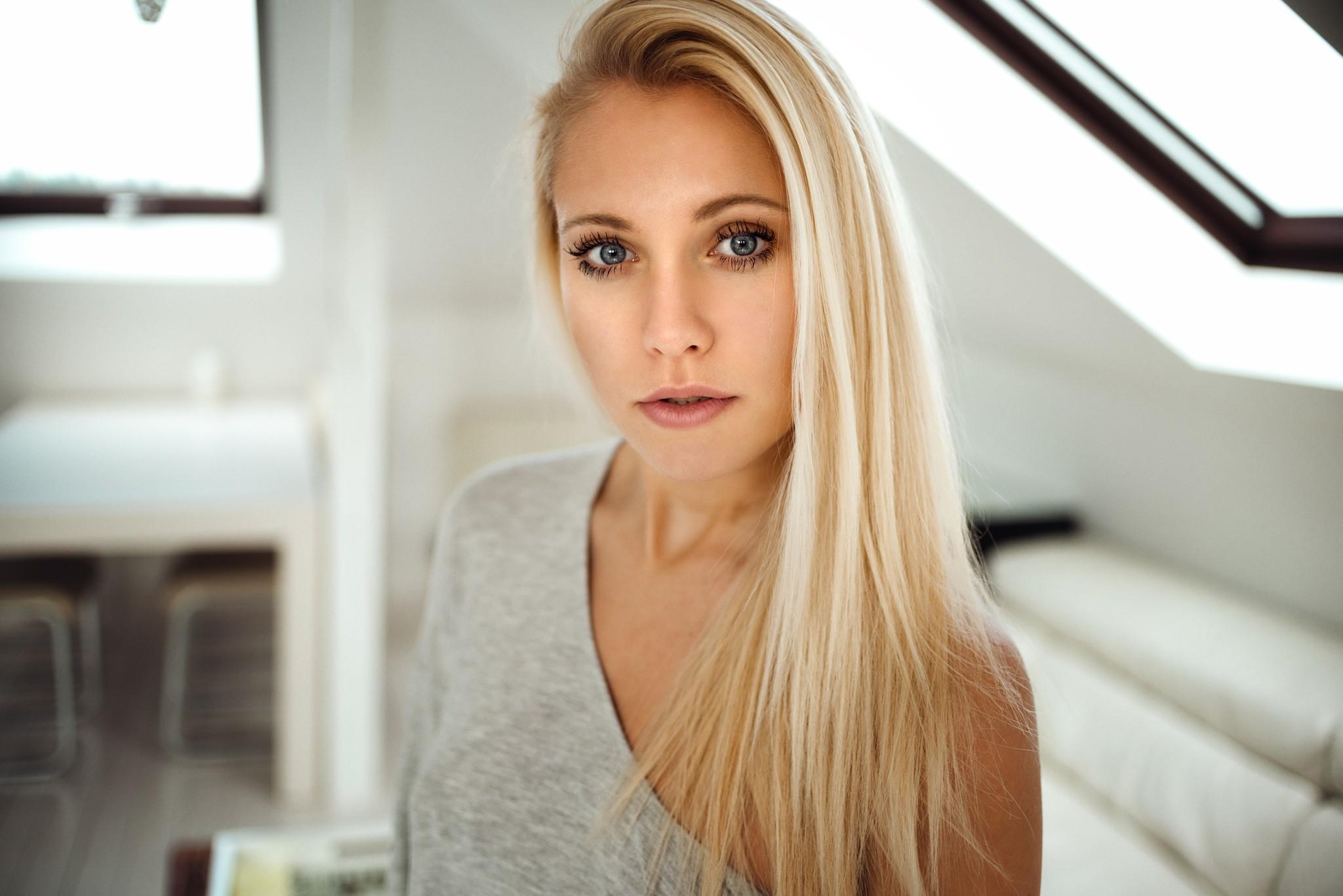 Блондиночка с короткими волосами шоке,но аборт