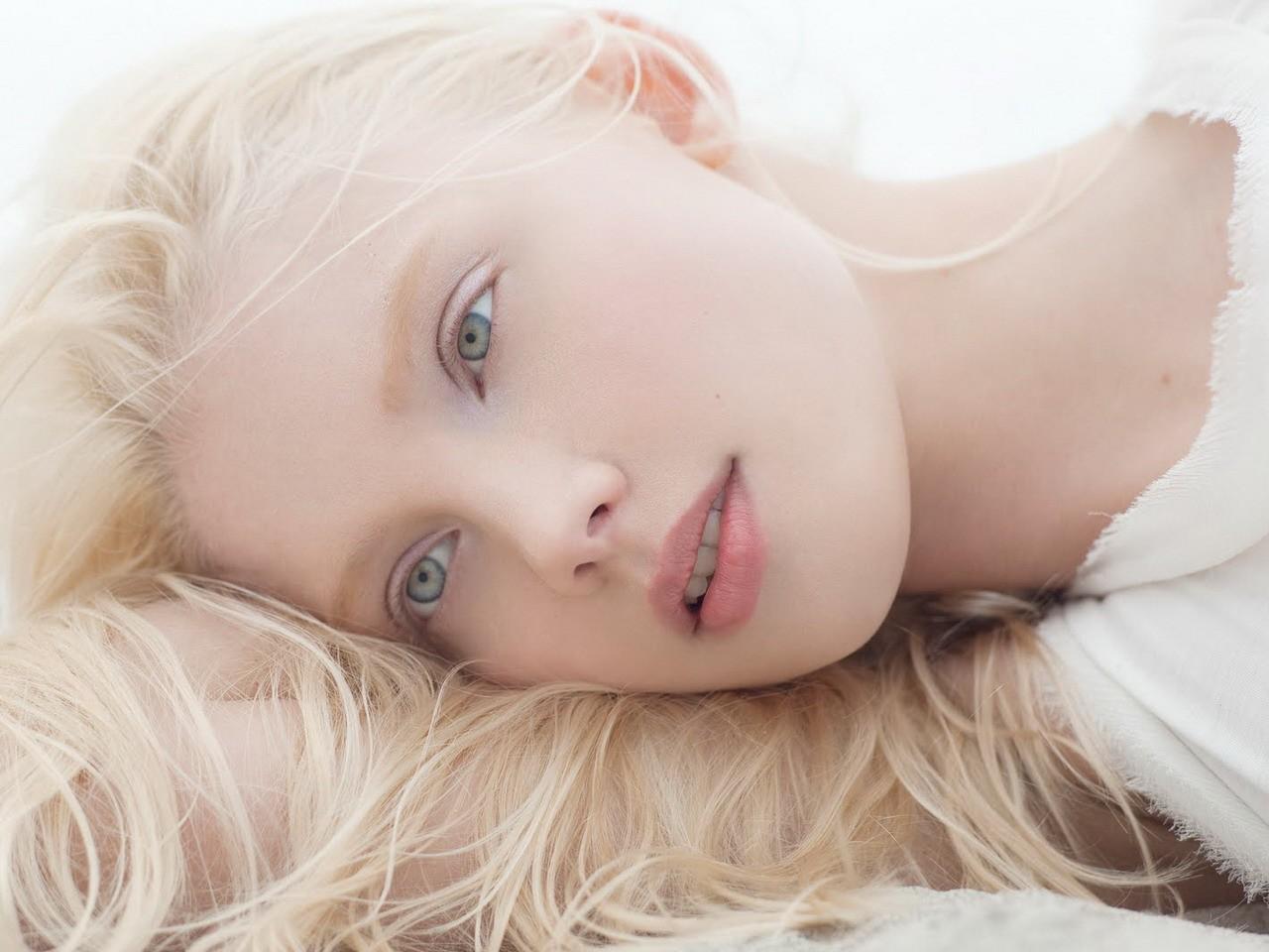 Картинка бледная девушка