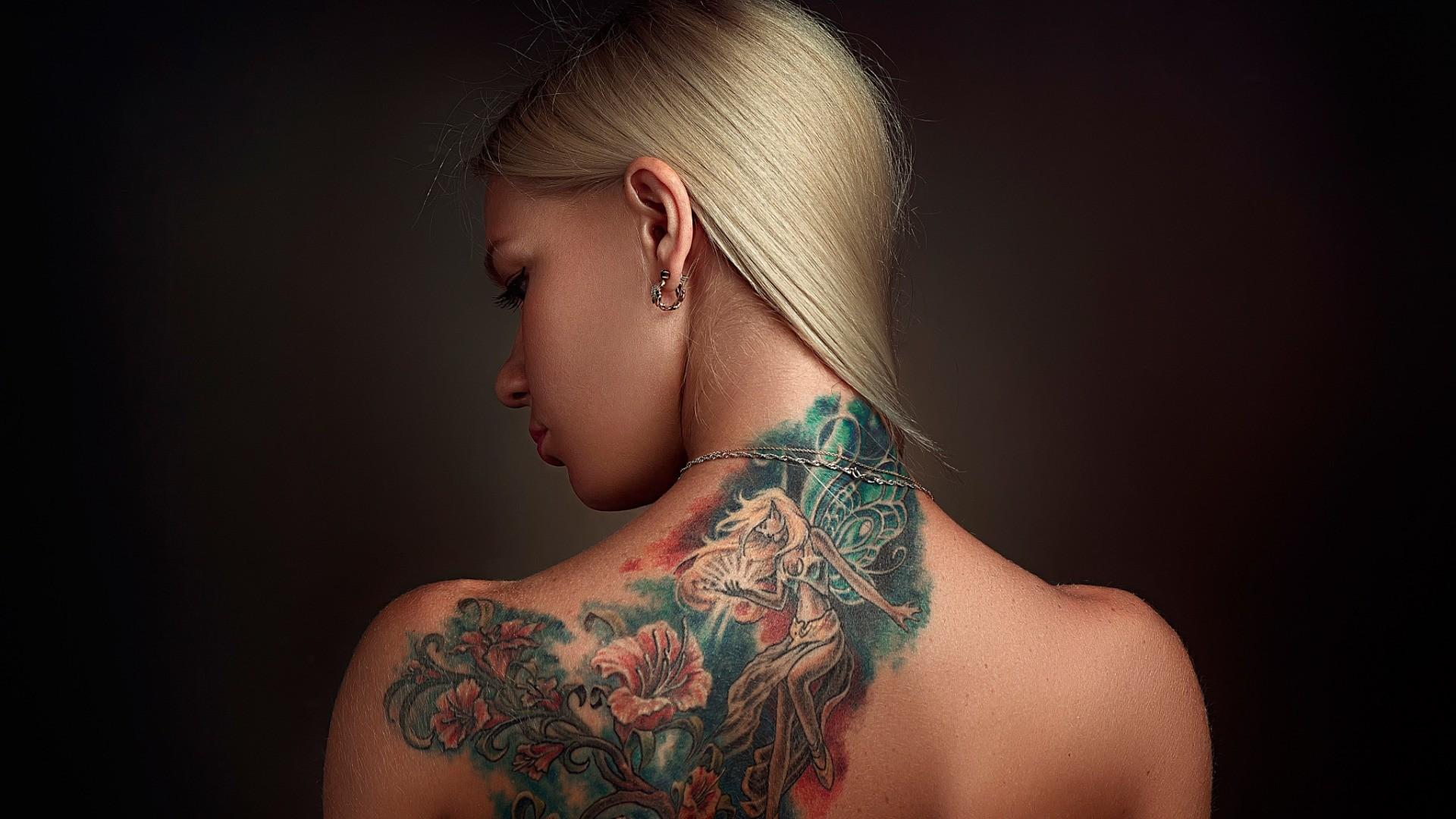Tatouage Oreille Femme se rapportant à fond d'écran : visage, femmes, maquette, blond, fond simple, cheveux